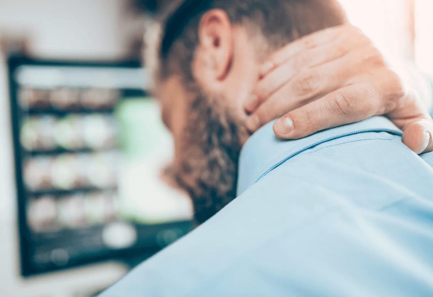 Больная шея, типичная боляка у игрока на LIVE ставках