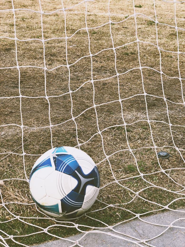 Футбольный мяч в сетке