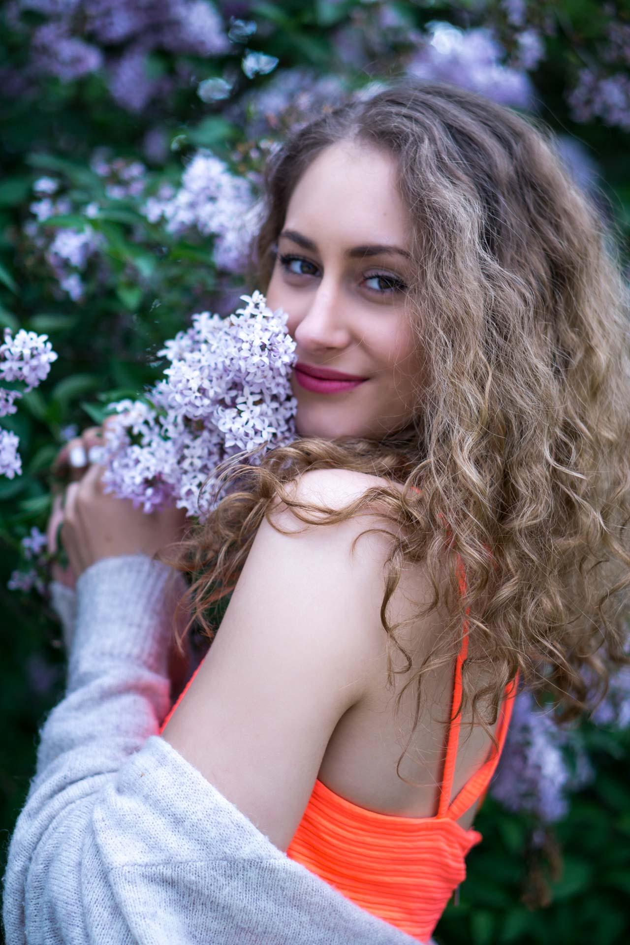Laura riecht liebevoll an Blumen