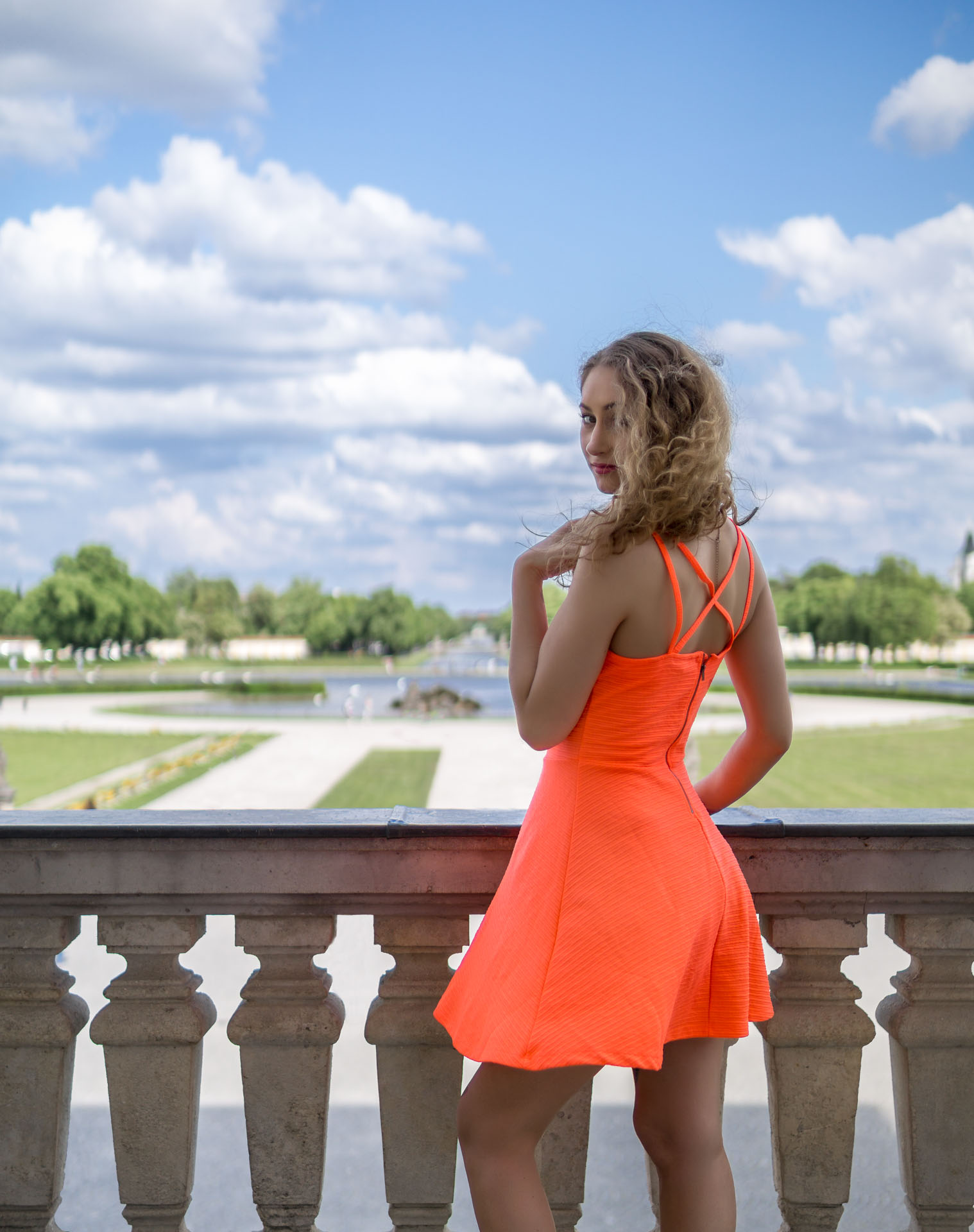 Laura steht am Balkon des Schlosses