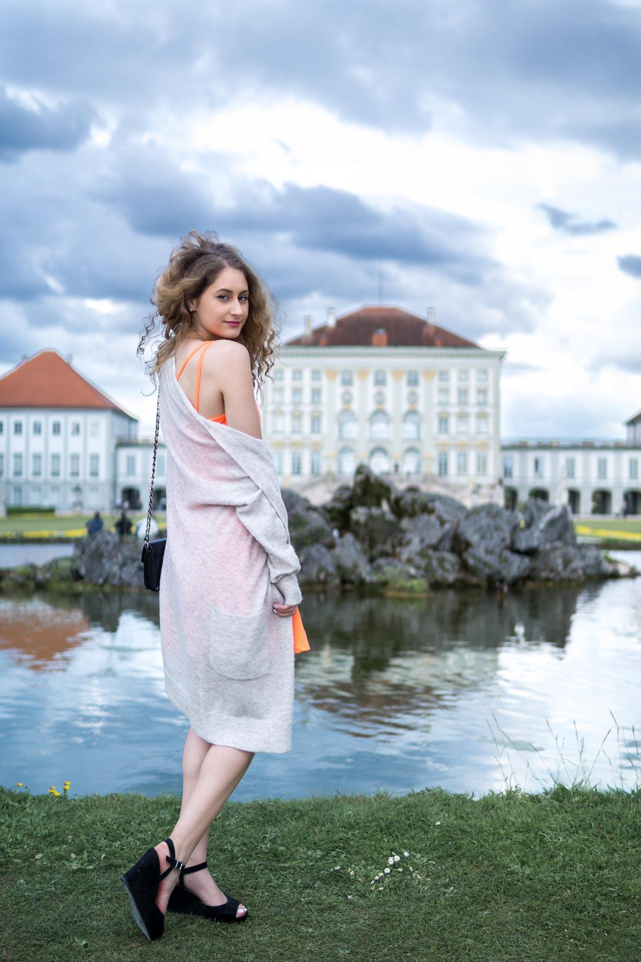 Laura am Brunnen vorm Schloss