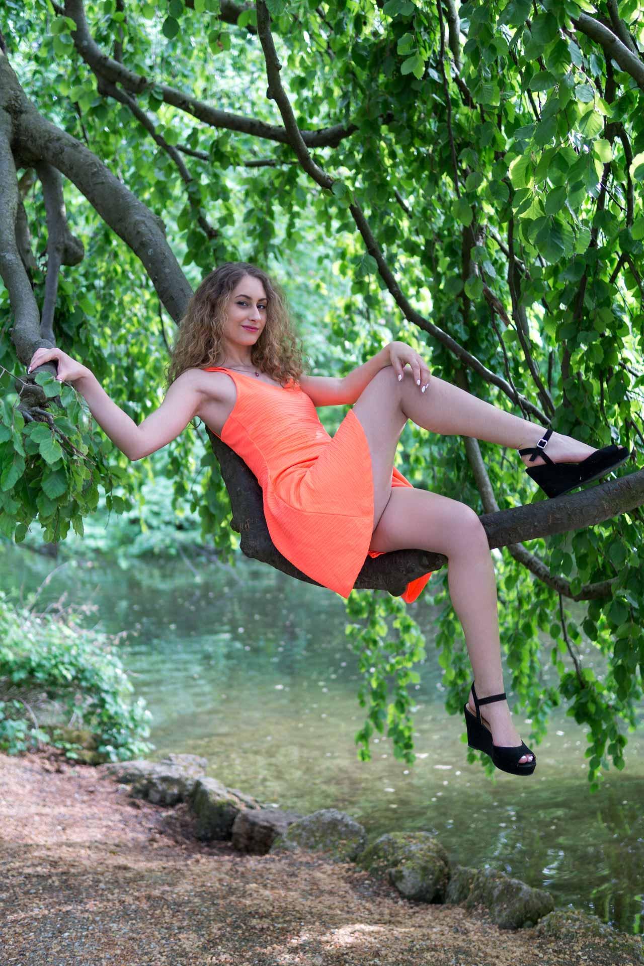 Laura sexy auf dem Baum