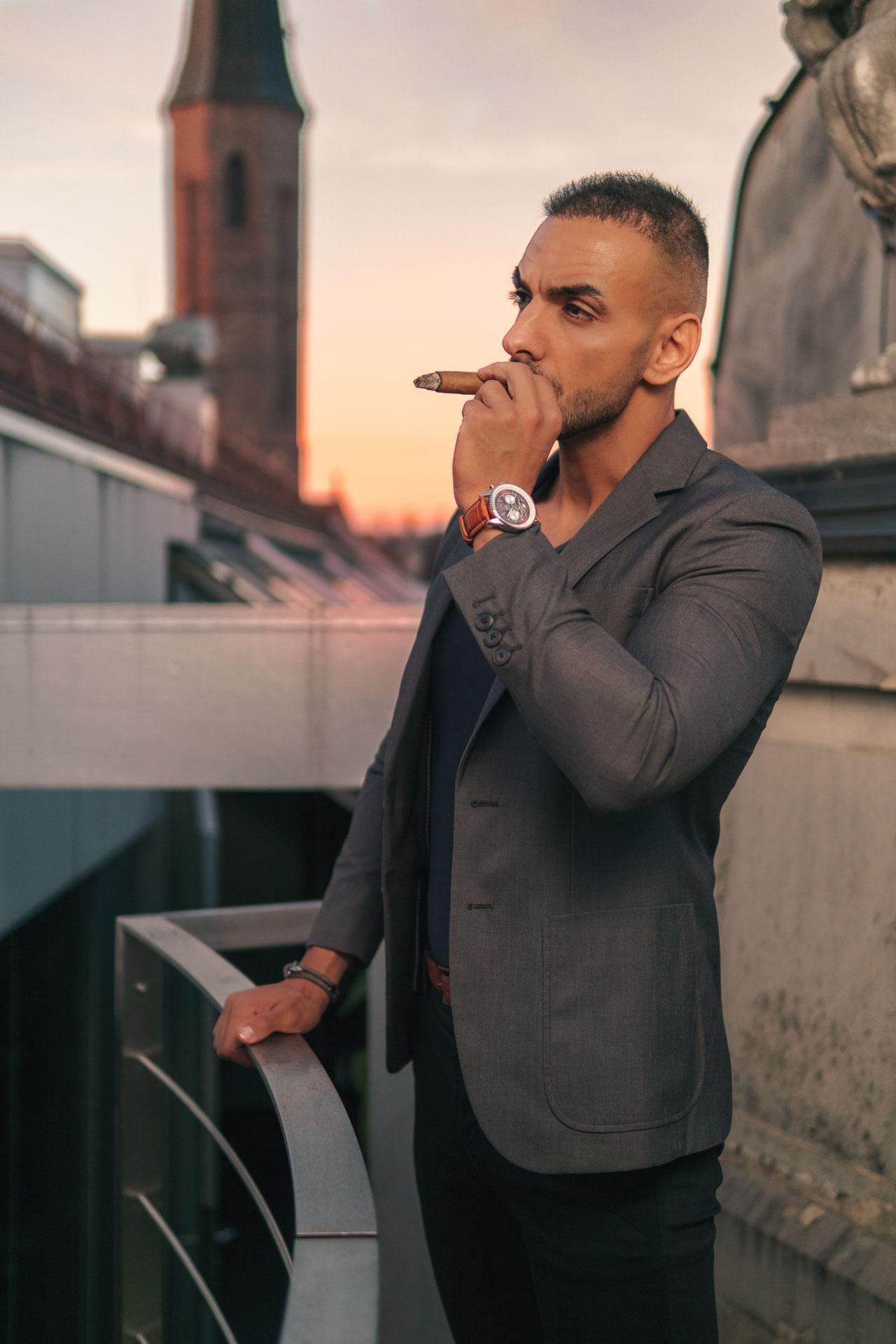 Enis an Zigarre ziehend
