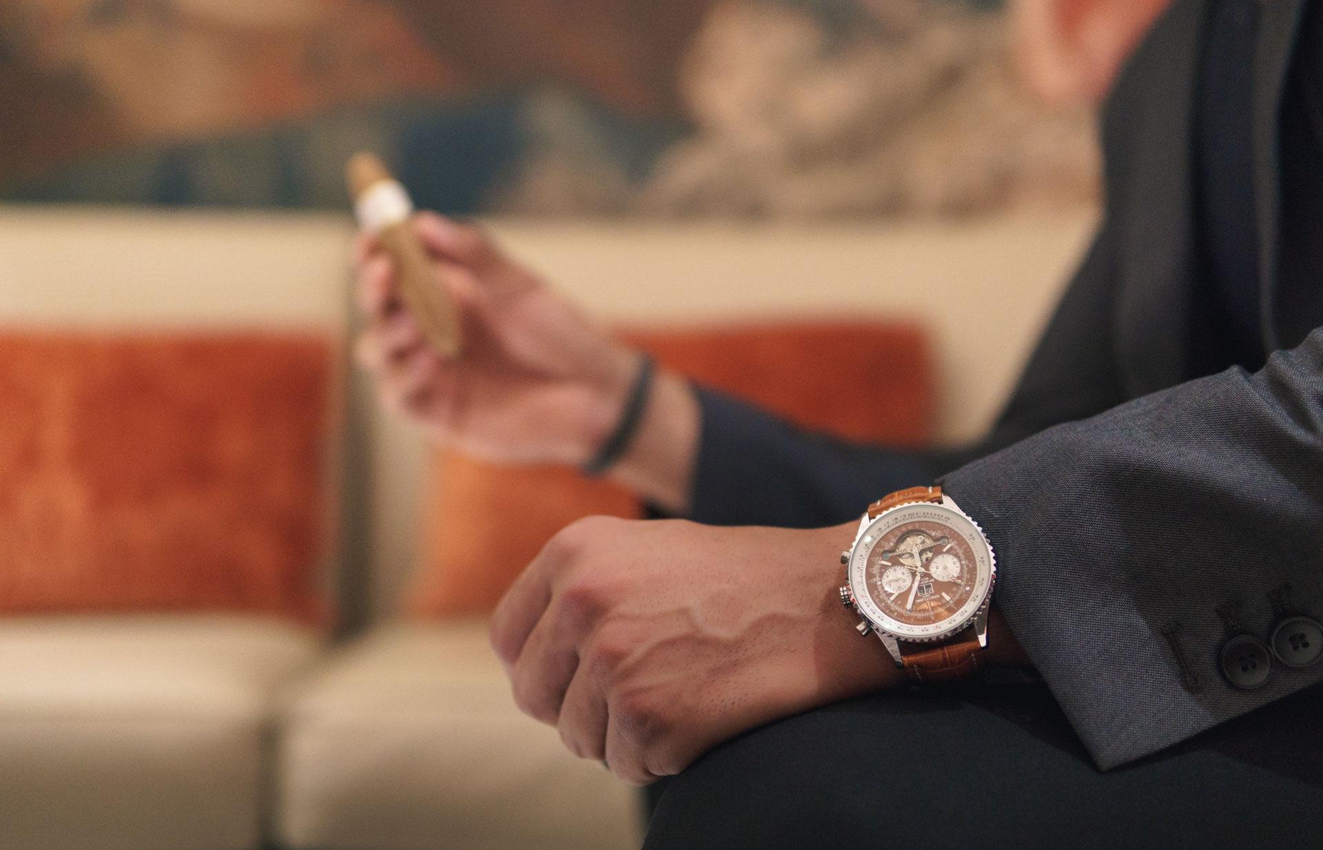 Rolex wird lässig am Armgelenk getragen