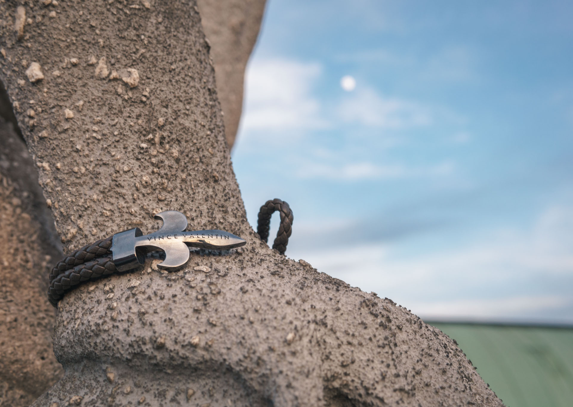 Vince Valentine Armband getragen von einer Steinstatue