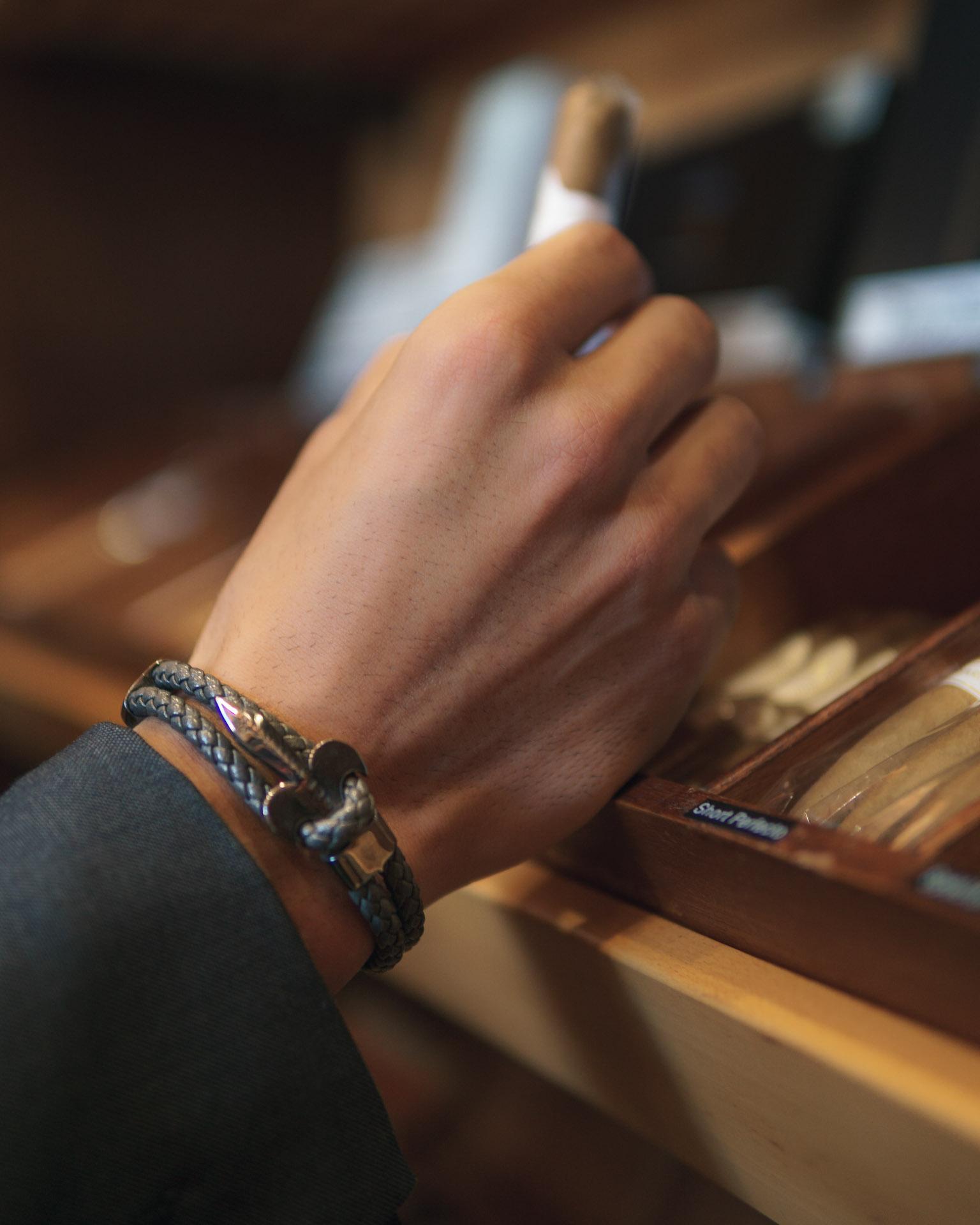 Vince Valentine Armband greift Zigarre