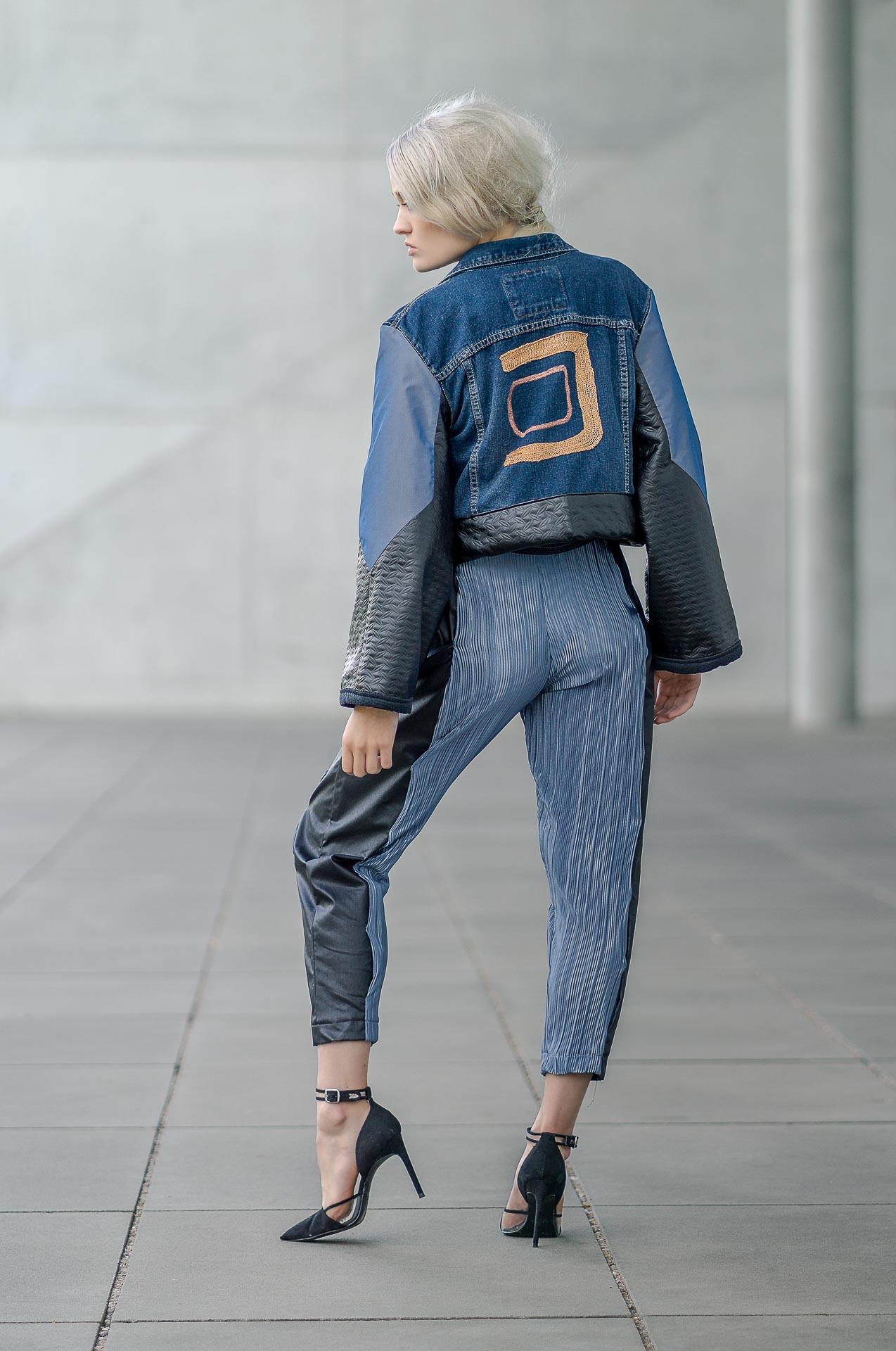 Kim mit Jeansjackenrücken sichtbar