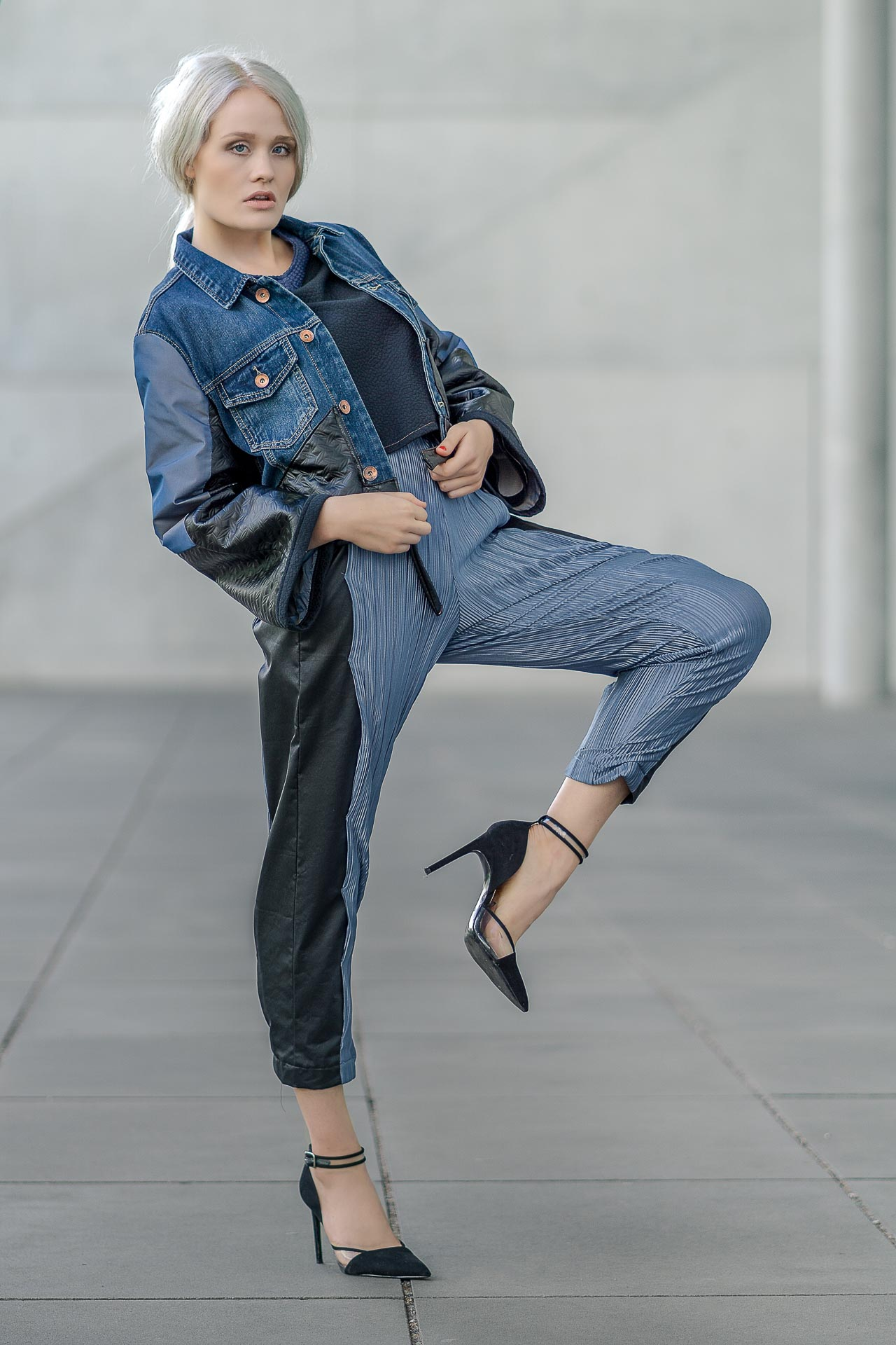 Kim auf einem Bein stehend mit Jeansjacke