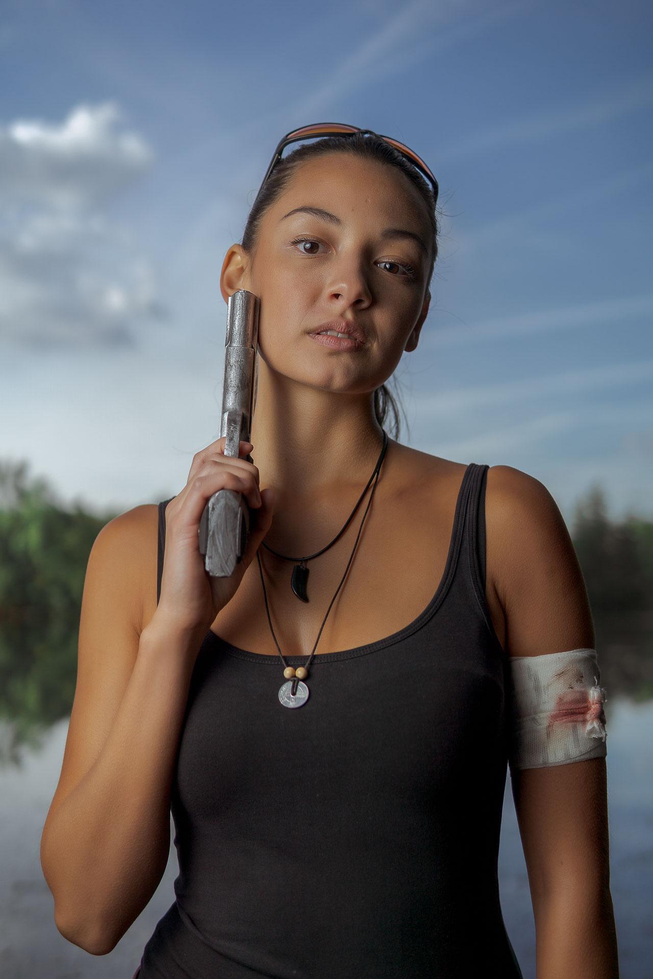 Kim mit Waffe an der Wange
