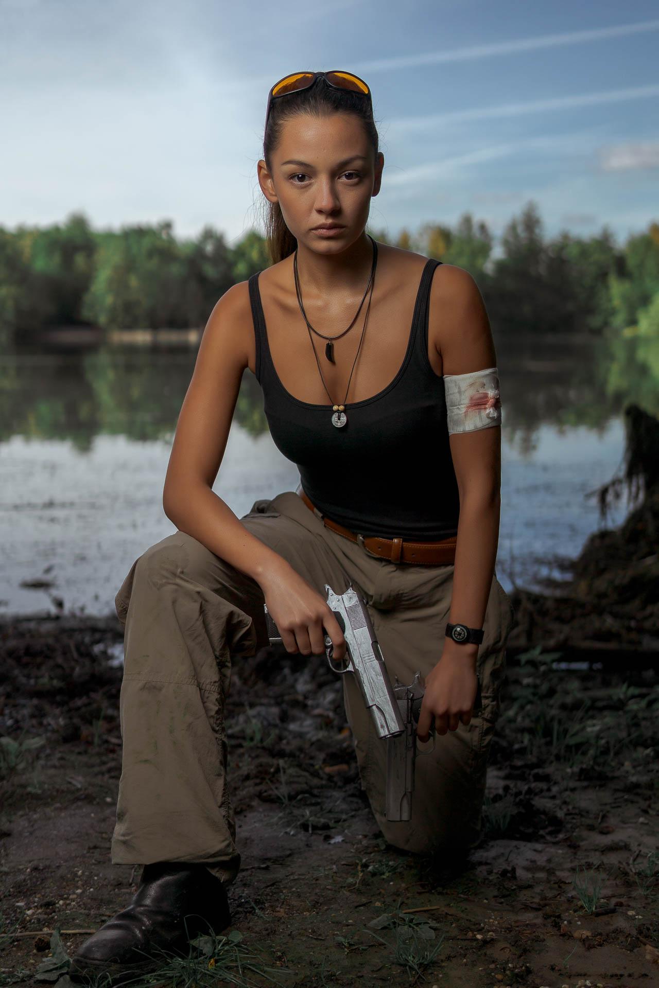 Kim mit Waffe kniend
