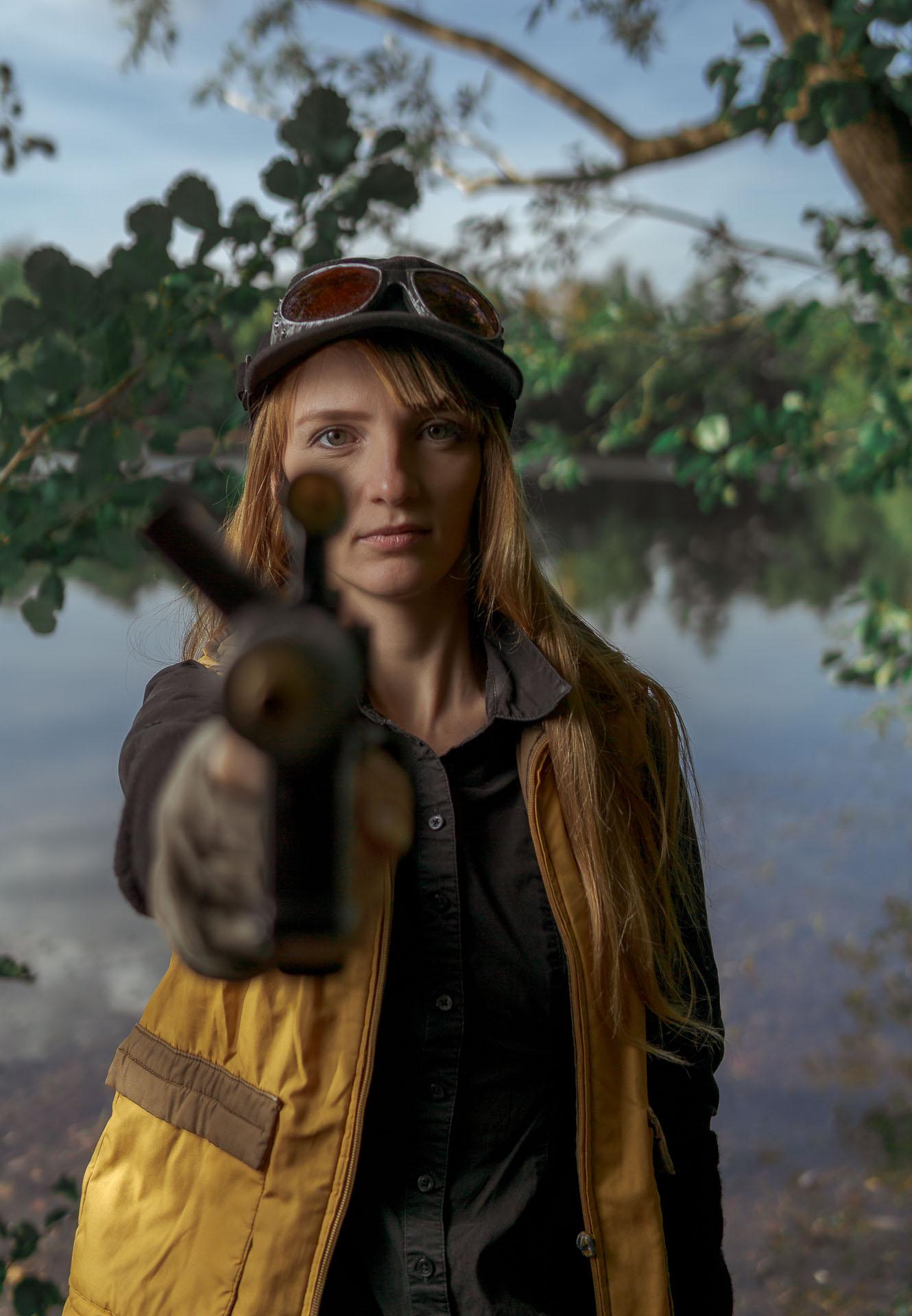 Marischka hält Waffe in die Kamera