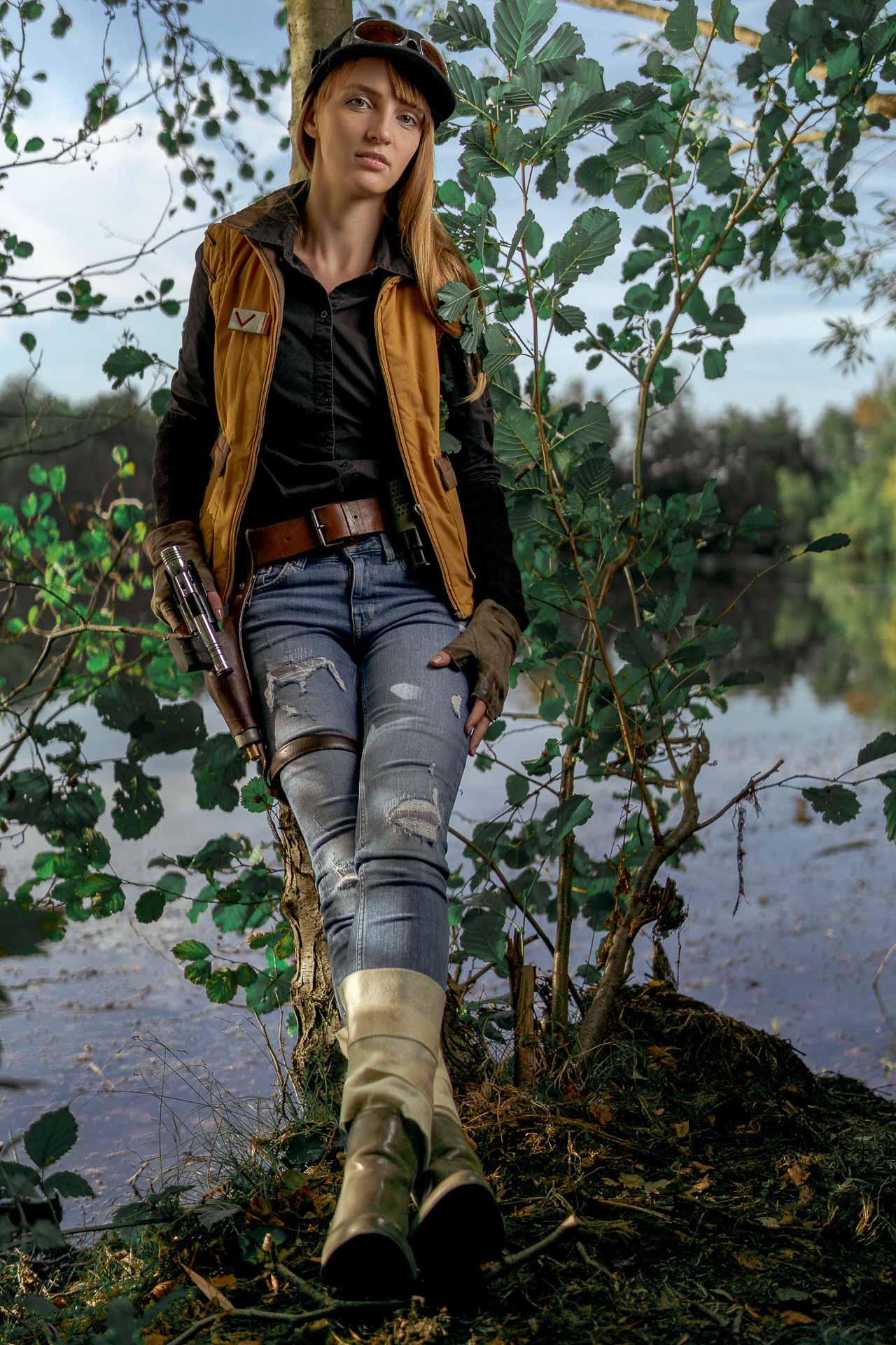 Marischka am Baum lehnend