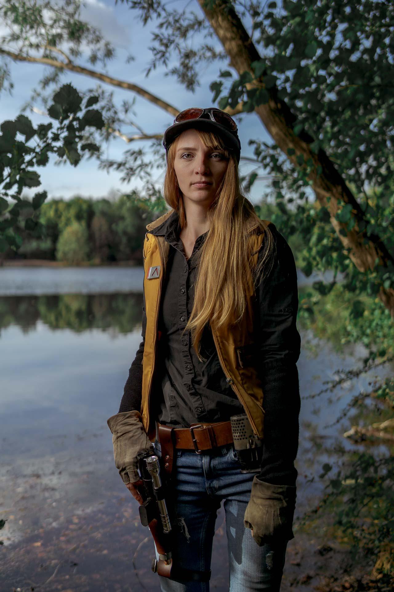 Marischka vor dem See stehend