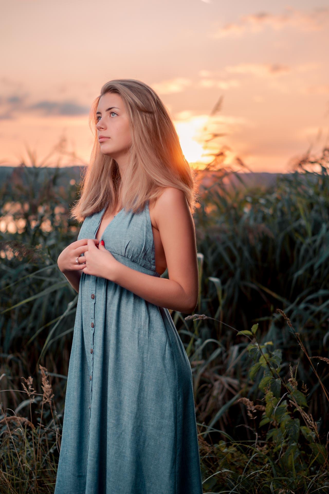 Sophie vor der Sonne stehend