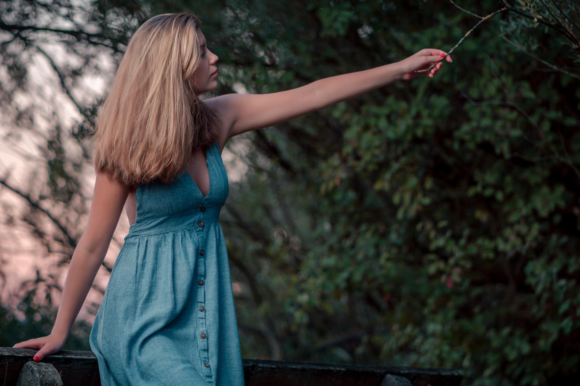 Sophie fässt Ast am Baum