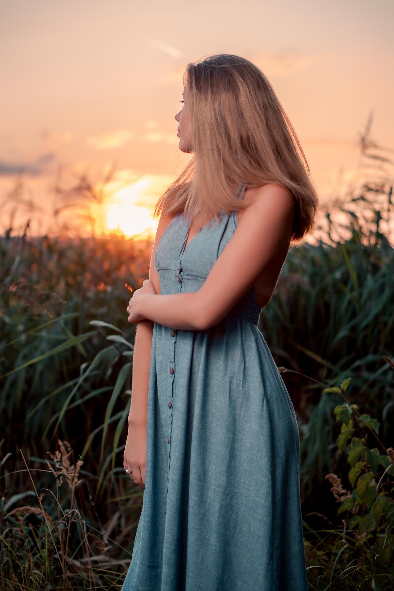 Sophie in Sonnenuntergang blickend