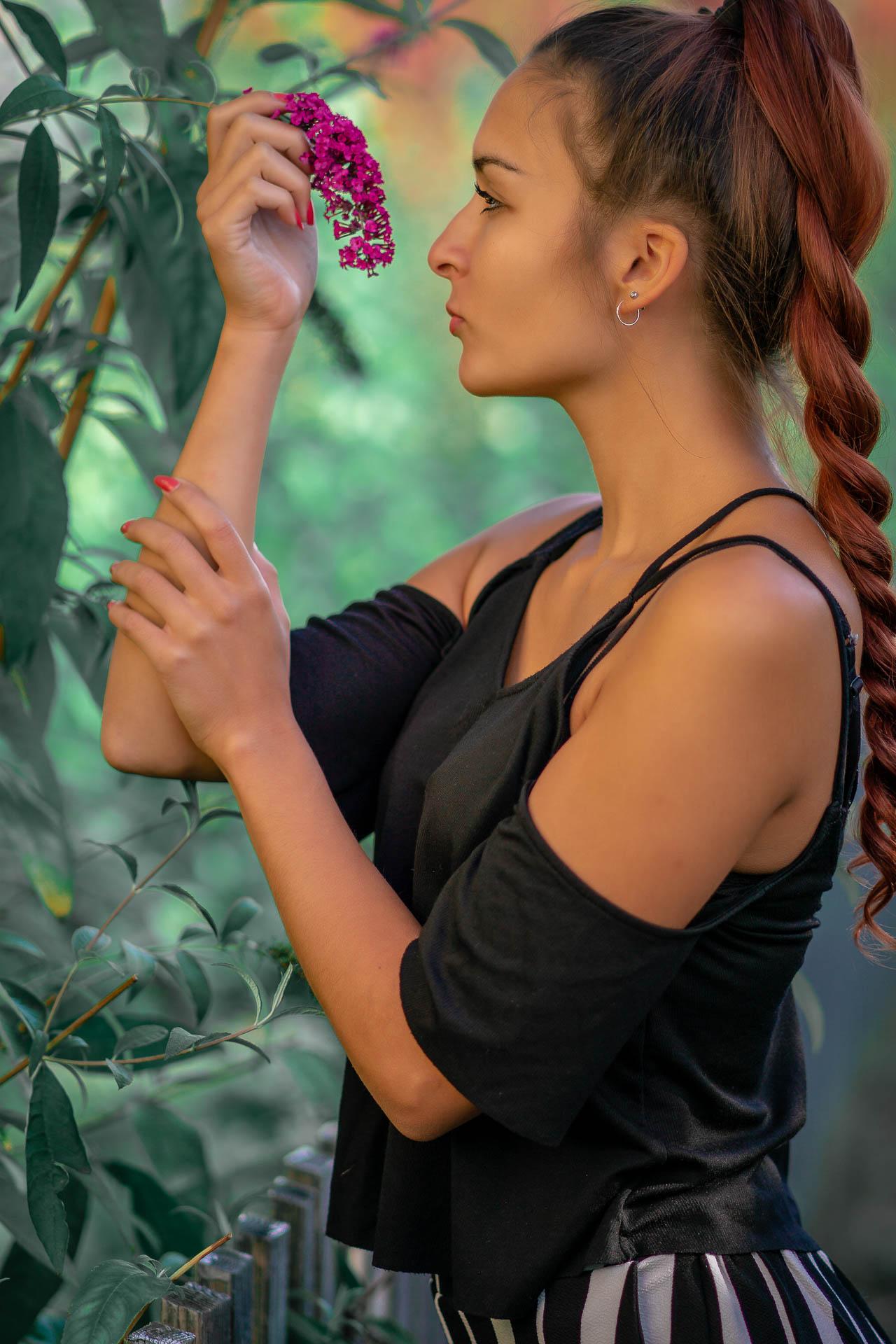 Surenis an Blume riechend