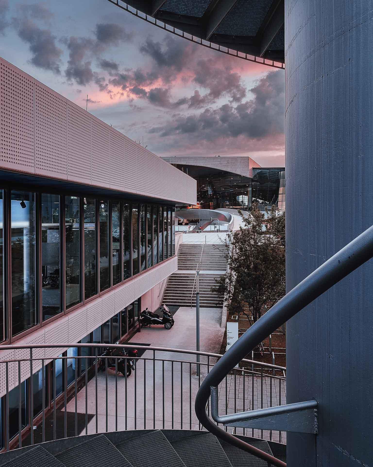 BMW gesehen von der Treppe aus