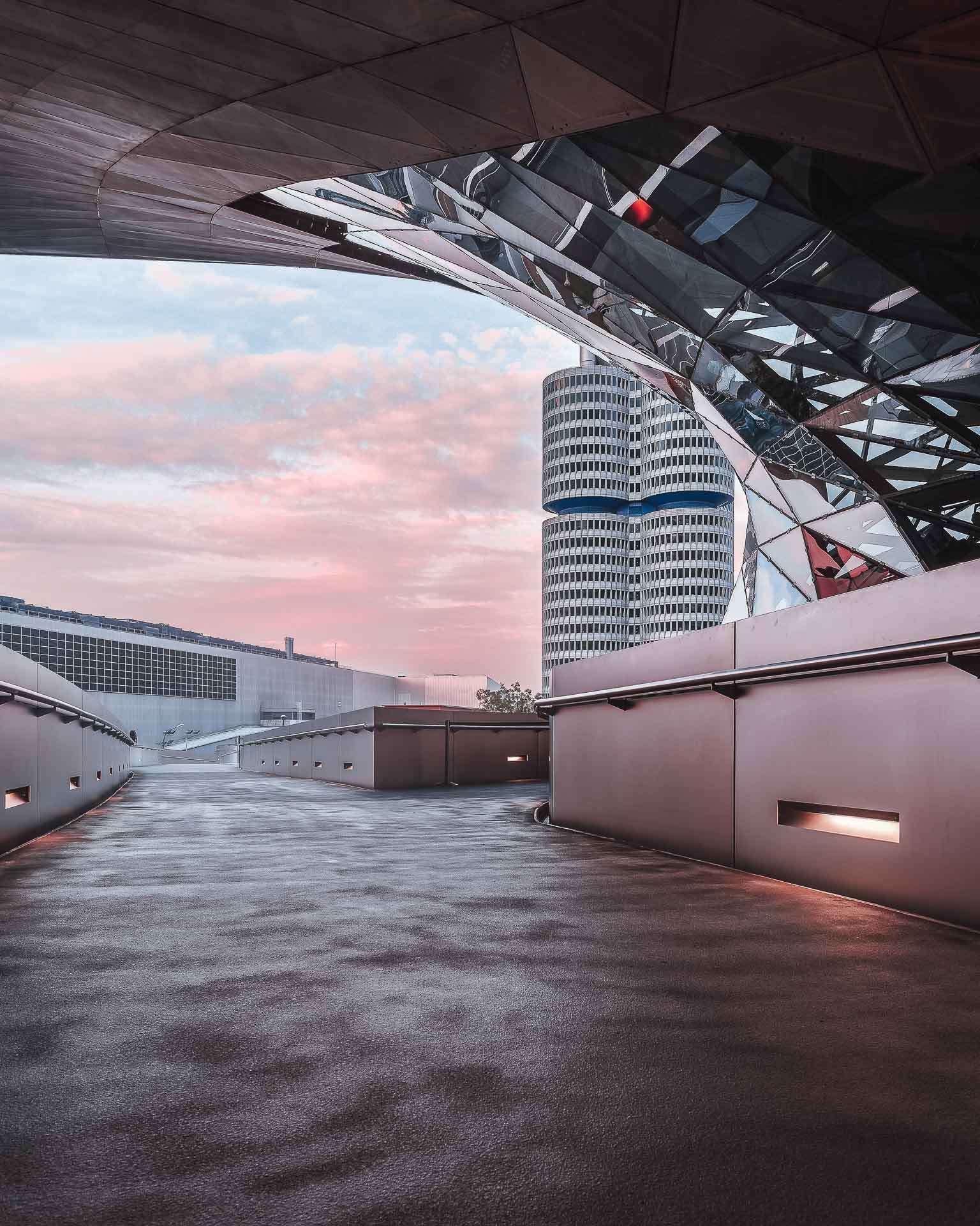 Ausblick auf den BMW Tower von der BMW Welt aus