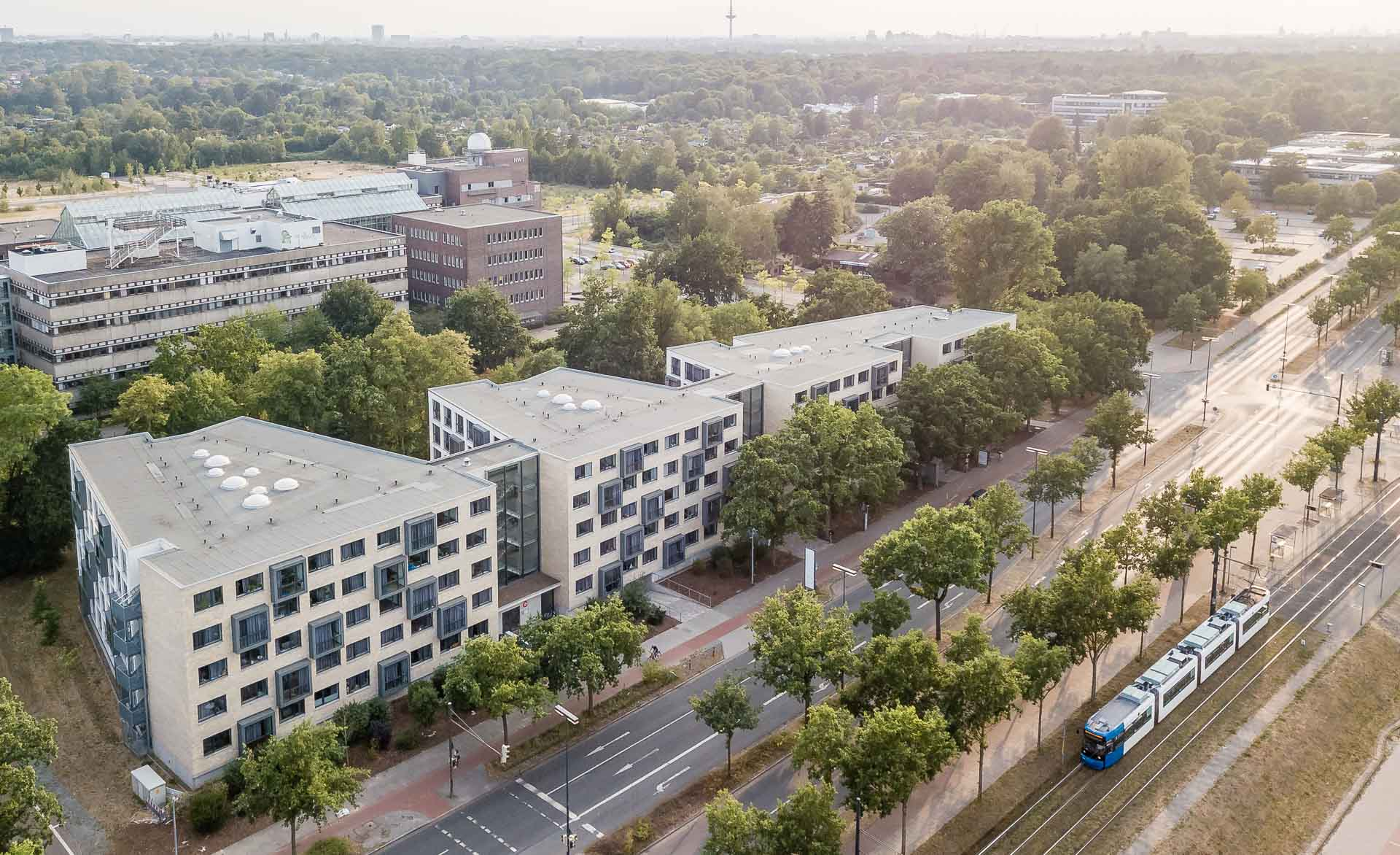 Luftaufnahme des THE FIZZ Bremen Gebäudes bei Sonnenuntergang