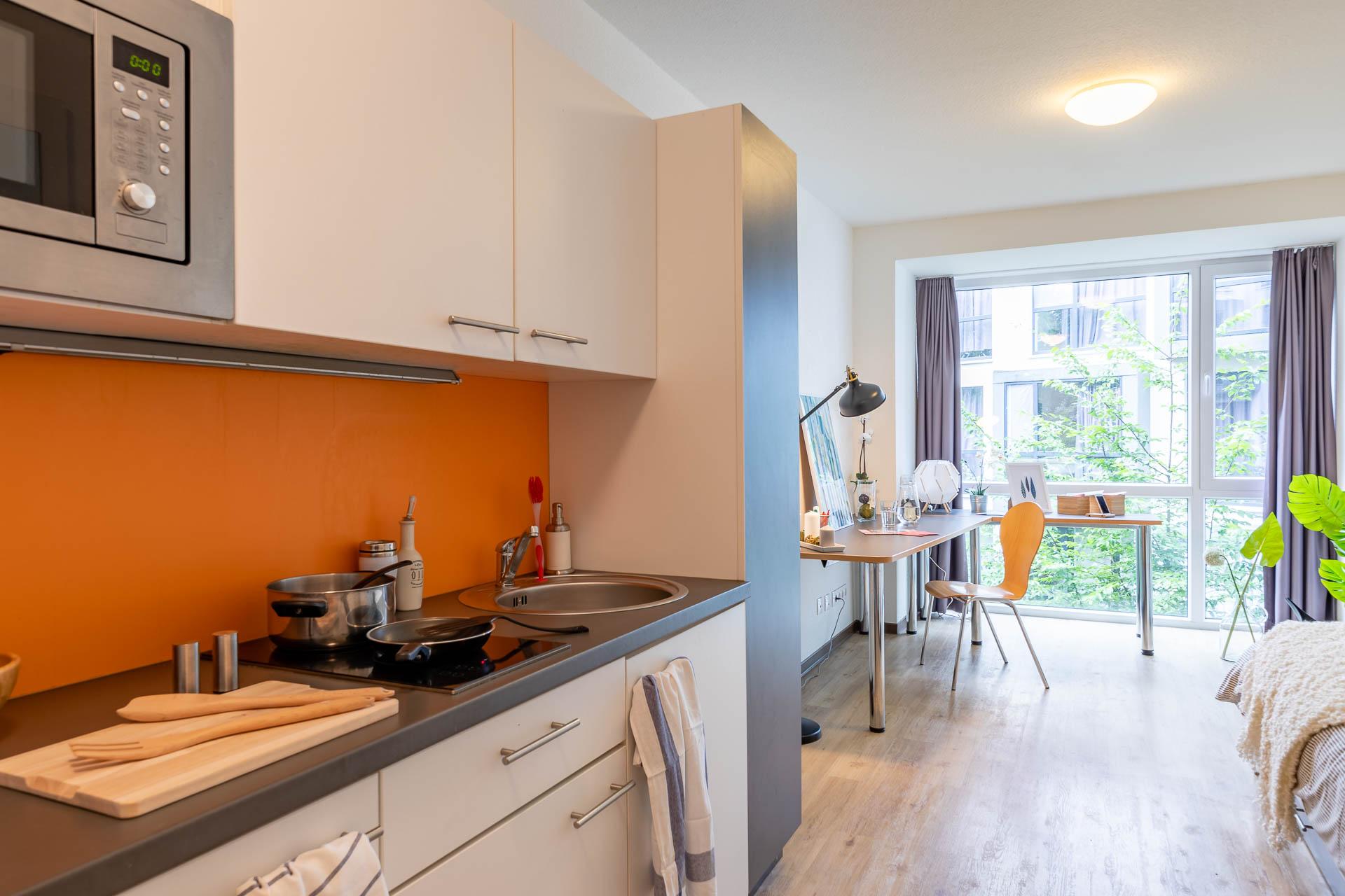 THE FIZZ Bremen Medium - Wohn- & Arbeitsbereich mit eingeschaltetem Licht