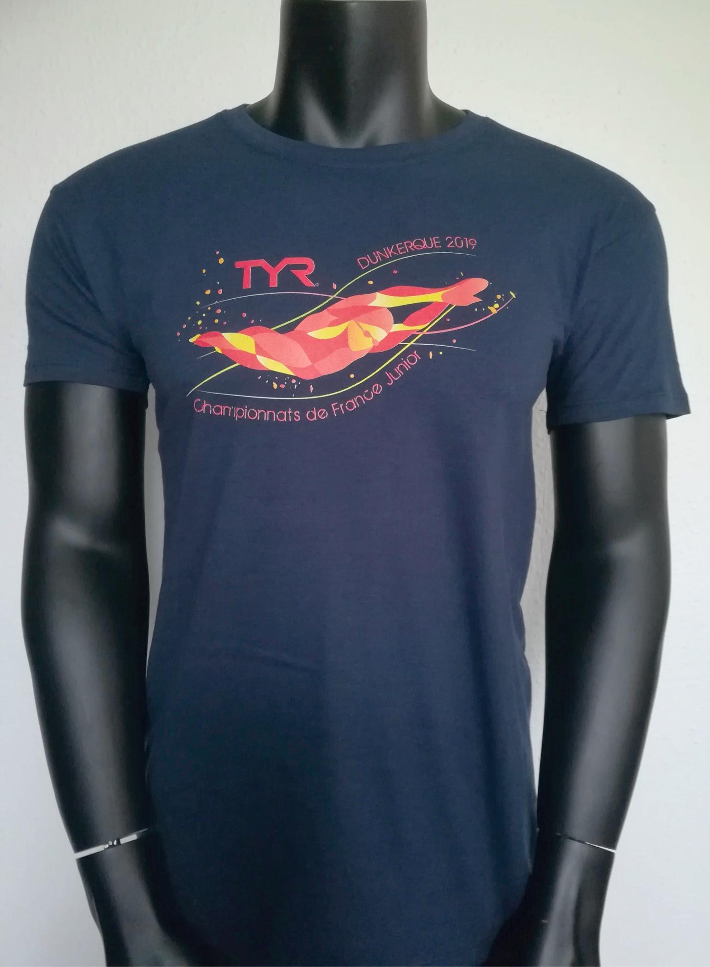 T-shirt coton marine avec impression digitale face avant.Encore un exemple parfait devisueldestinéaêtreseulementréaliséenimpressiondigitaleDTG.