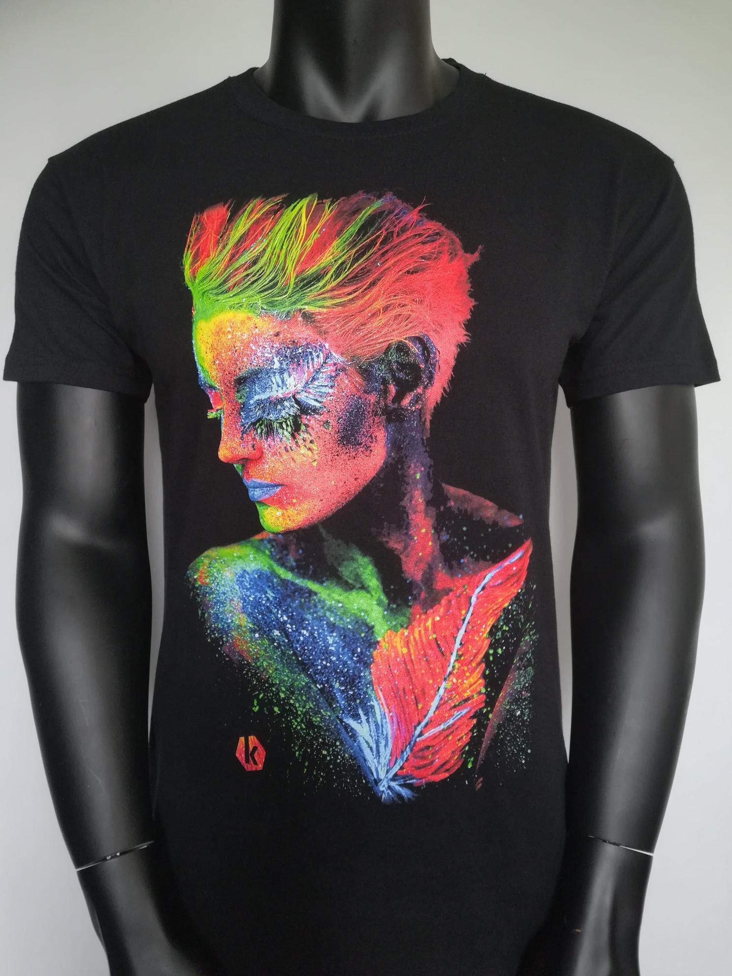 T-shirt coton noir avec impression digitale en hexachromie.