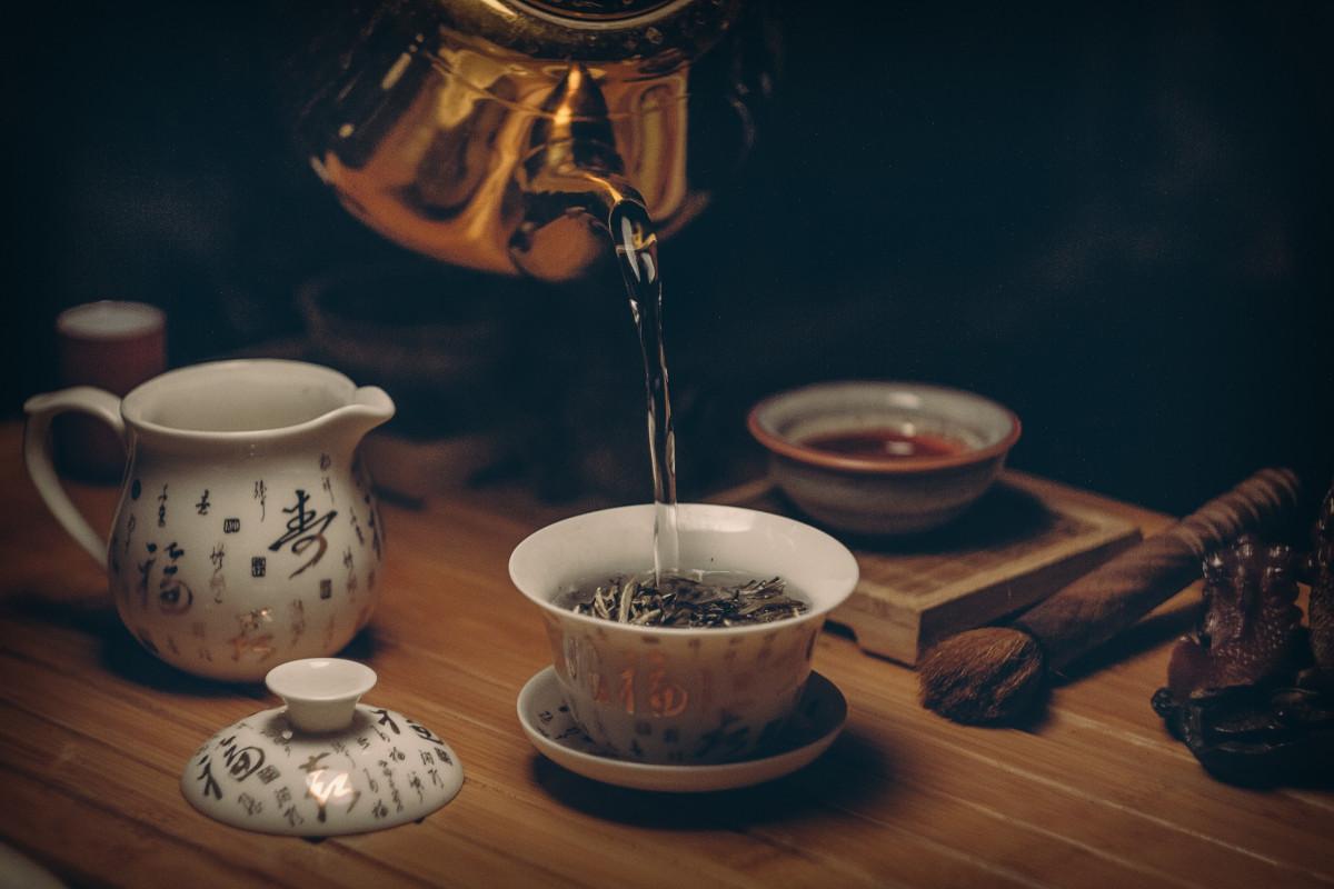 sirviendo té rojo en una vajilla japonesa