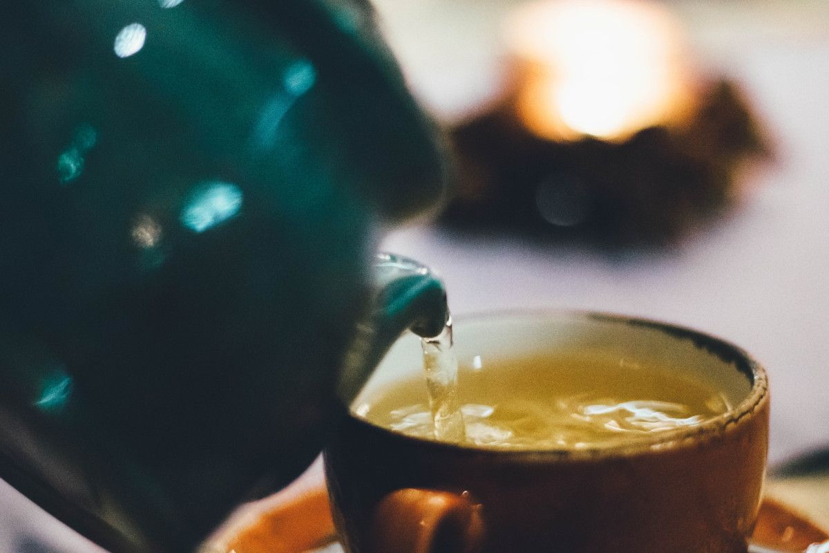 tetera verde sirviendo té