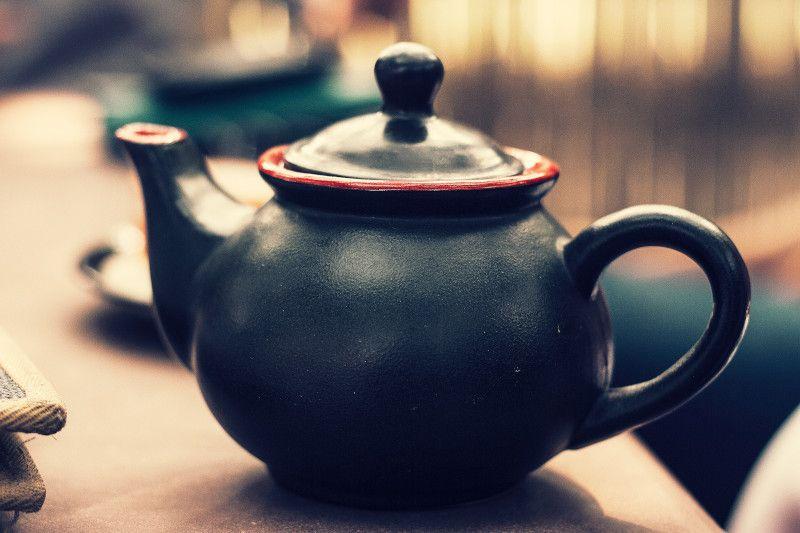 tetera negra sirviendo té rojo
