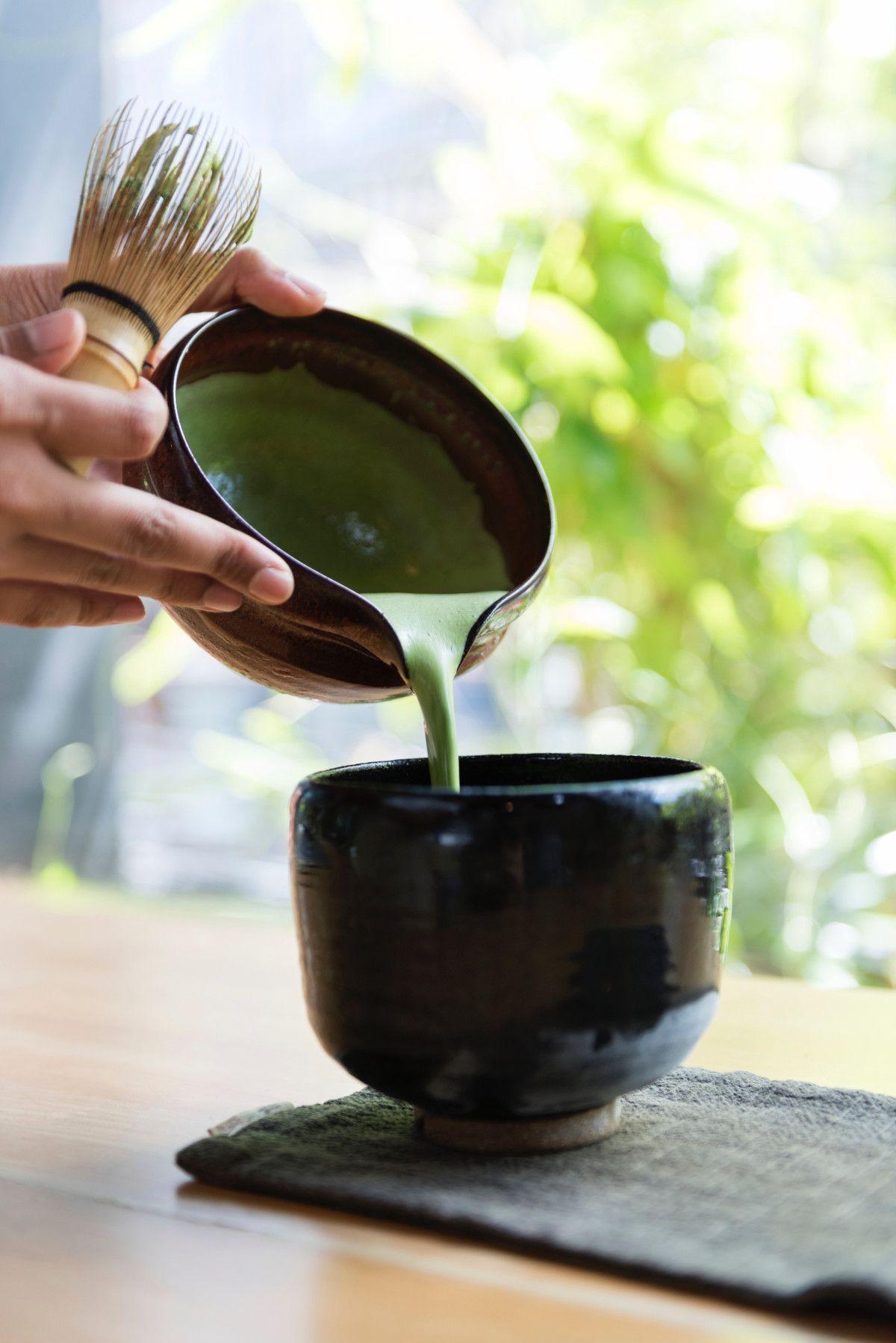 preparando té matcha