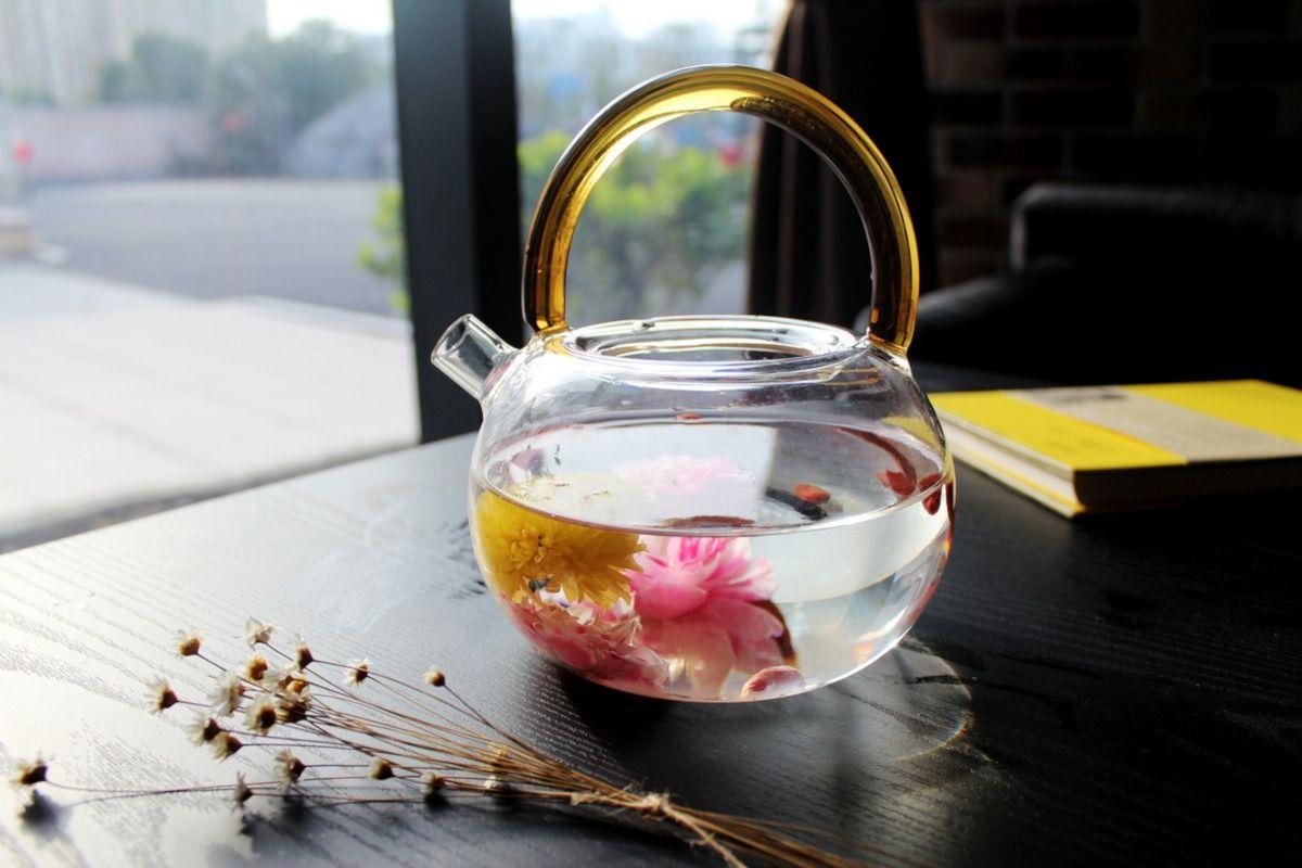 tetera de cristal para preparar té de flores