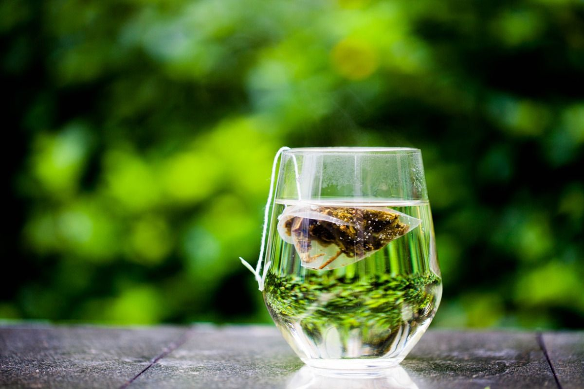 bolsita de té flotando en un vaso
