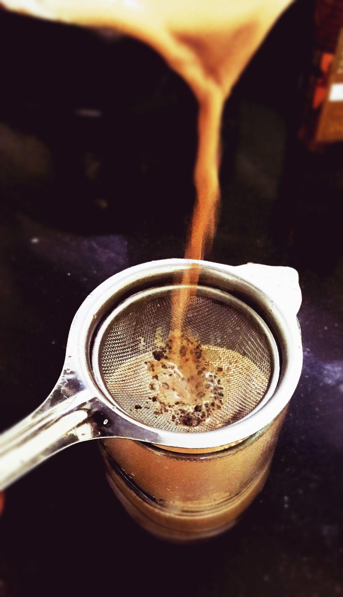 filtrando chai latte