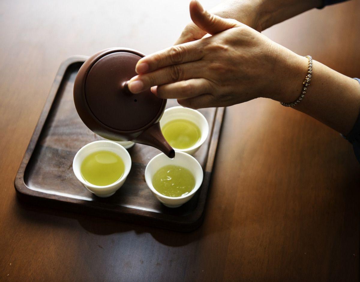 sirviendo té japonés