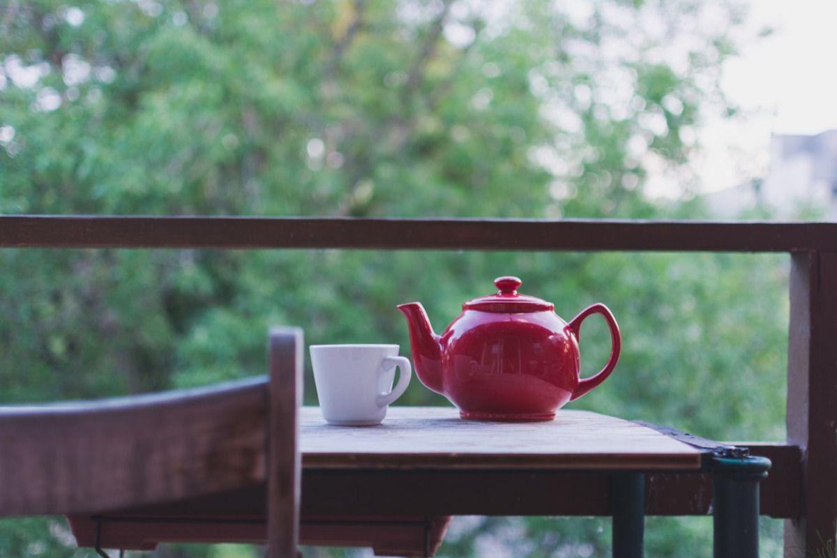 taza de té y tetera roja