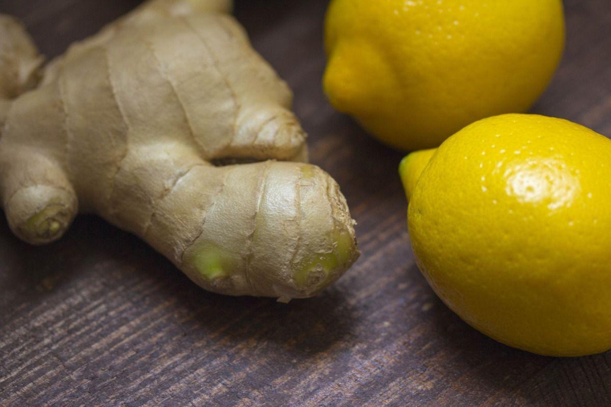 raíz de jengibre y limones