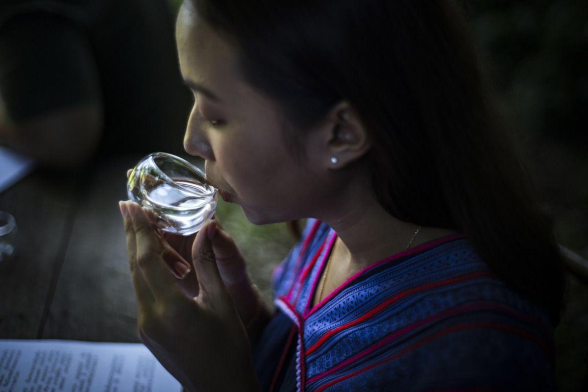 mujer tailandesa bebiendo té