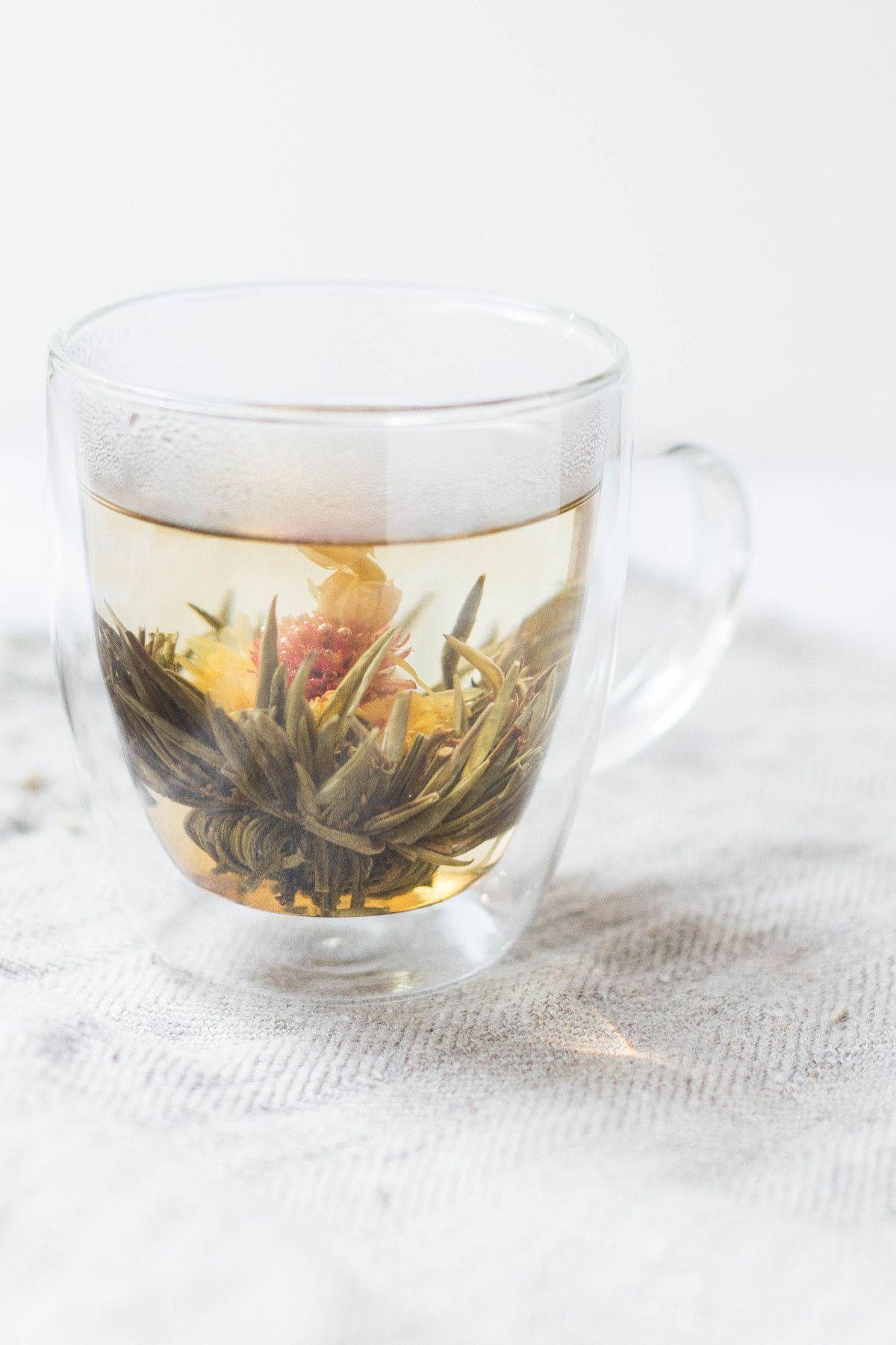 taza con flores de té