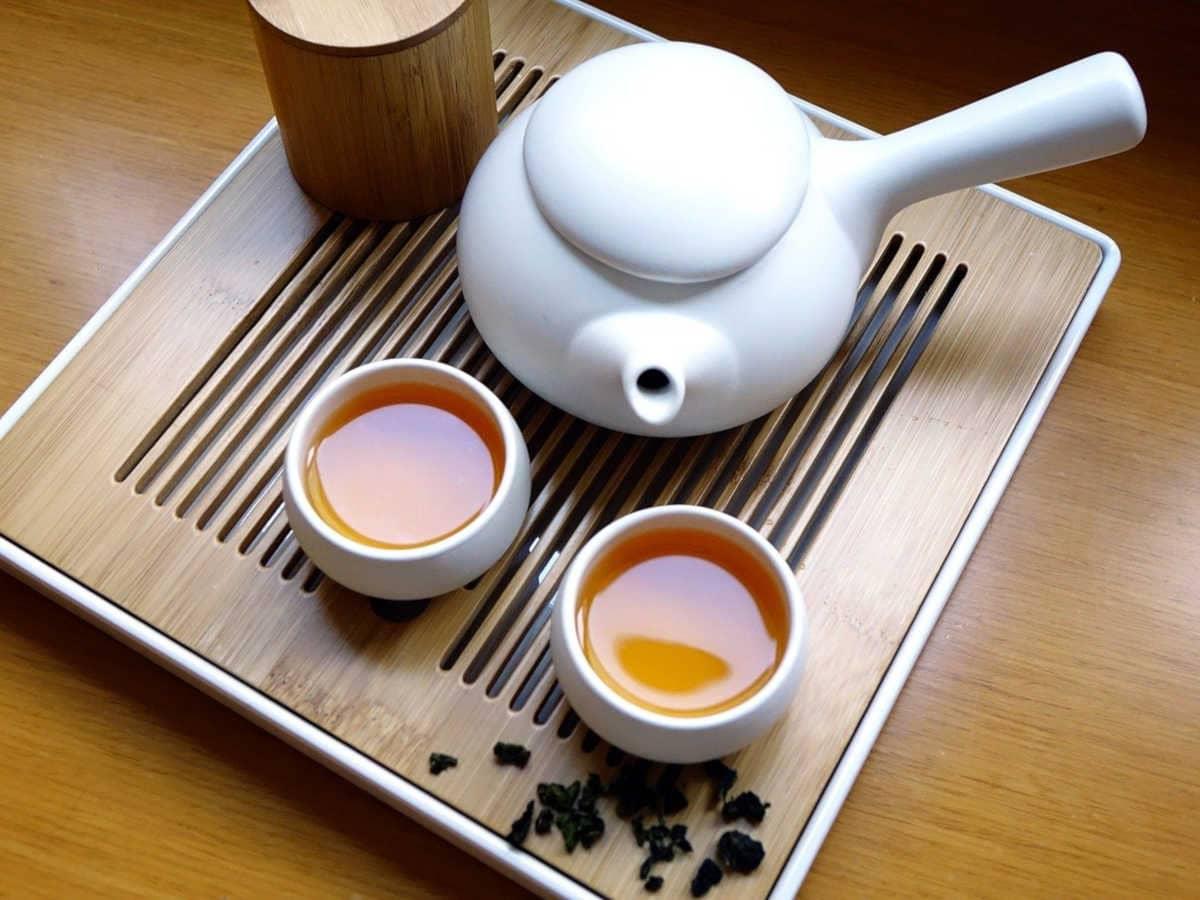 juego de té chino con dos tazas de té negro