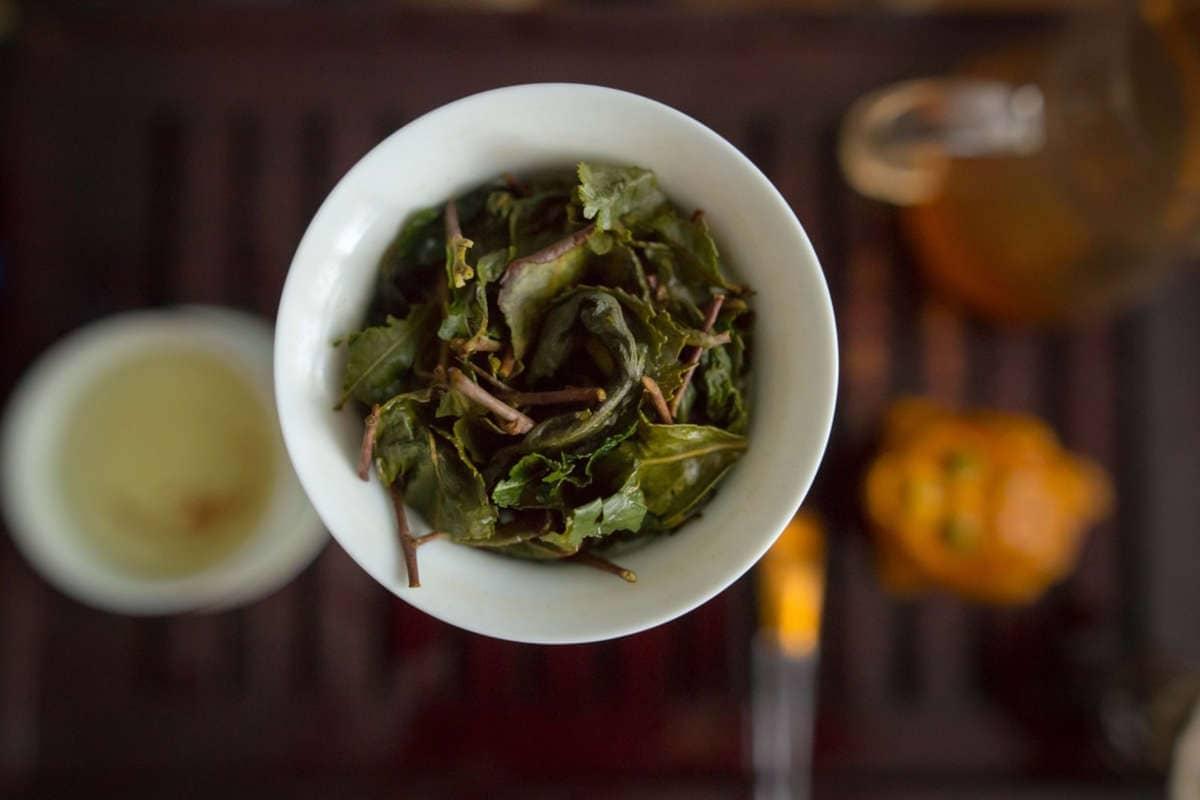 taza de té verde con grandes hojas vista desde arriba