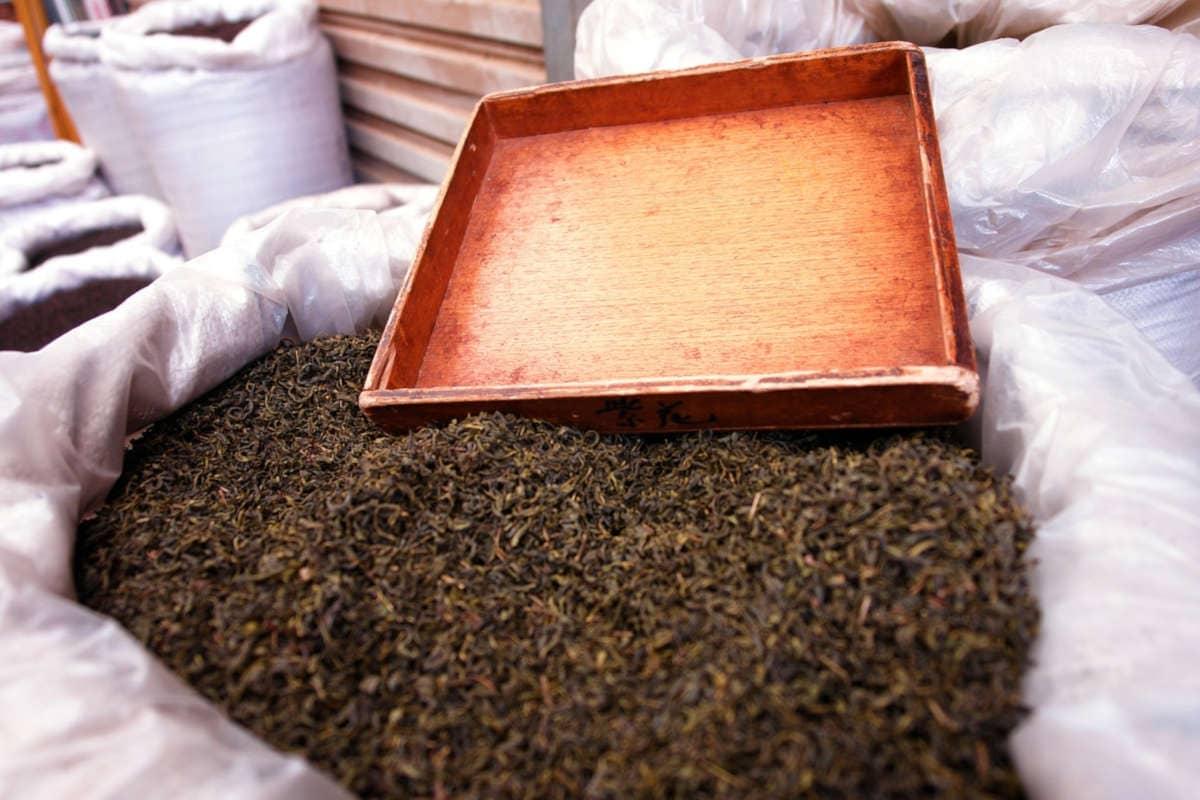 saco con hojas de té