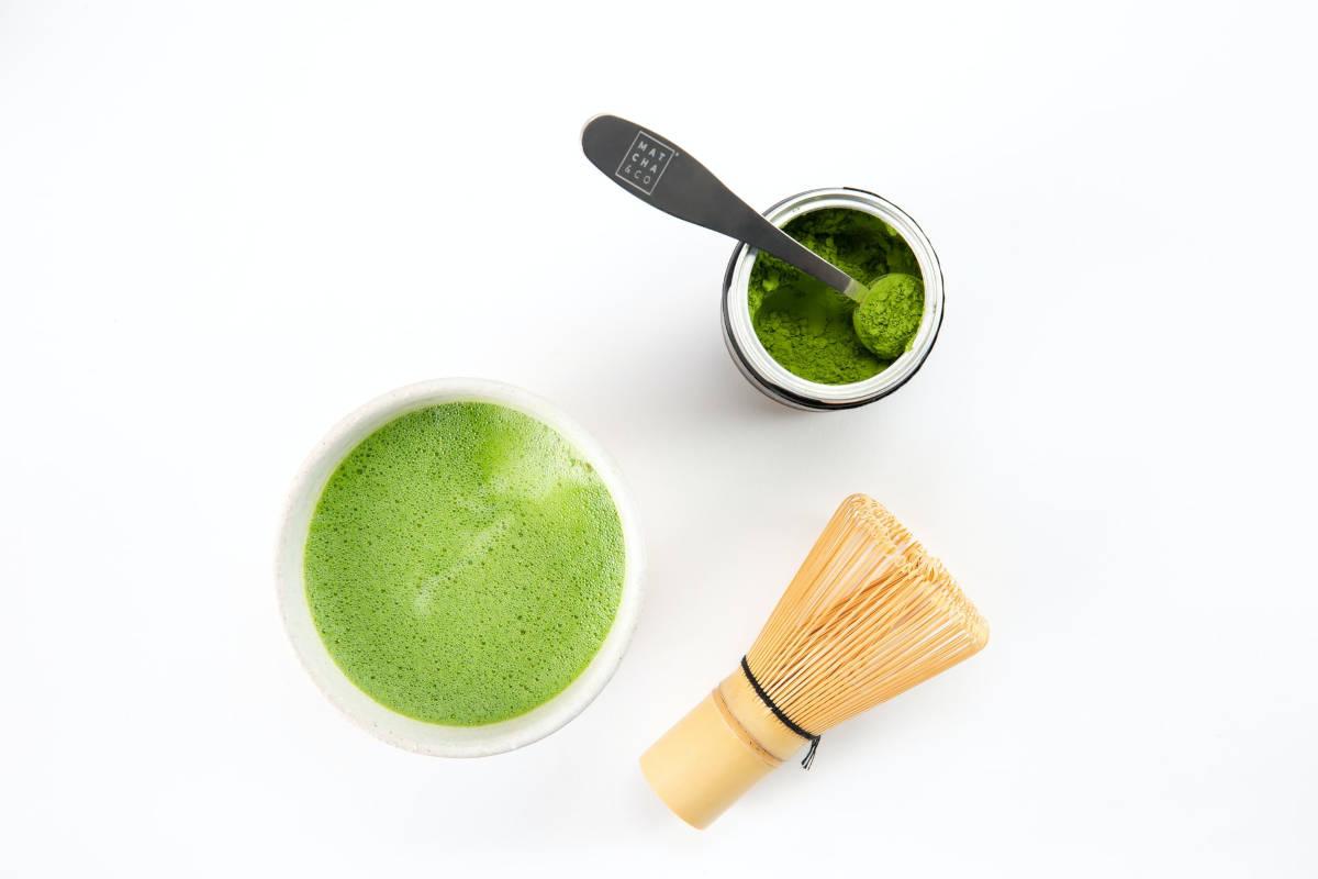 taza de té matcha con chasen