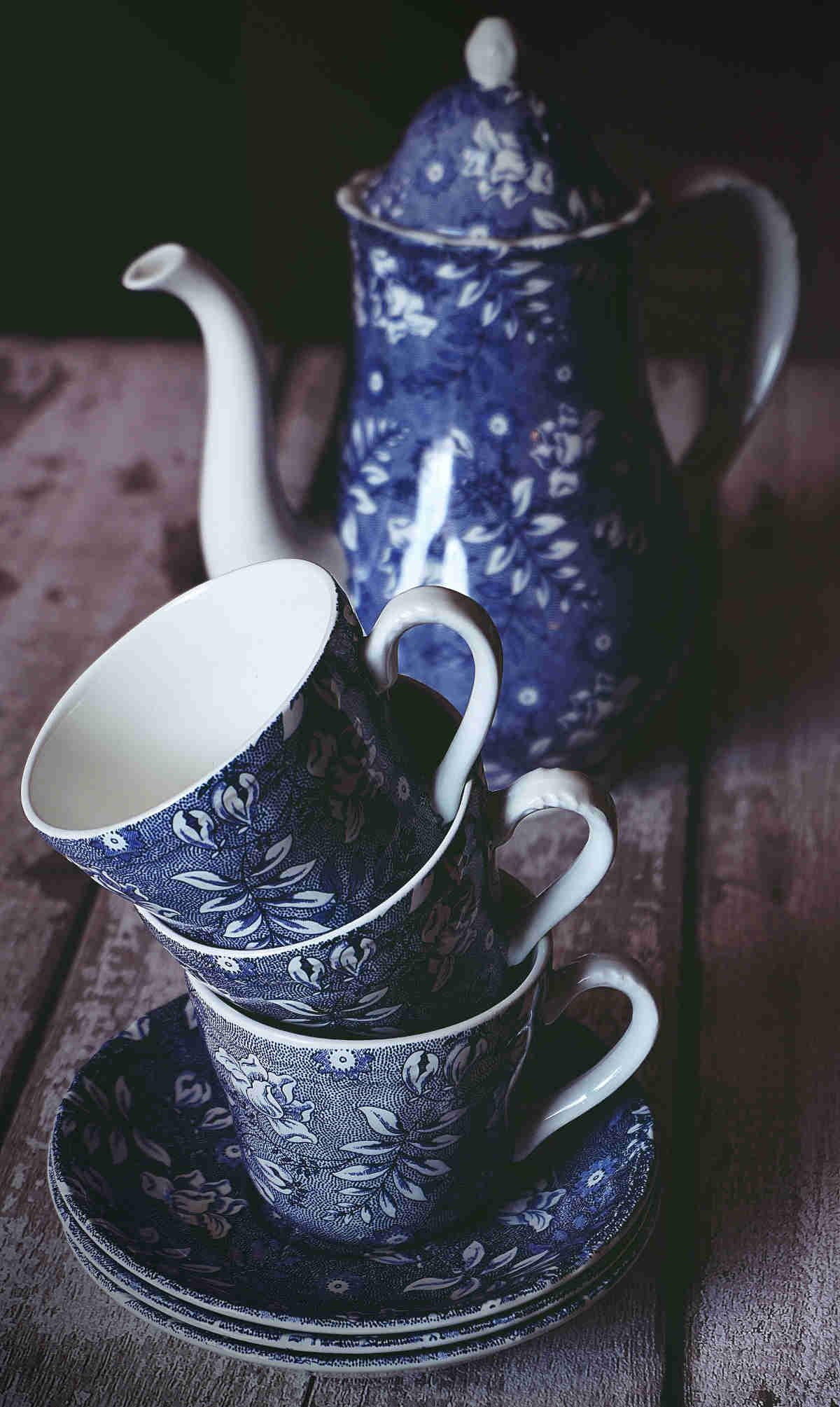 tetera de porcelana azul con tazas