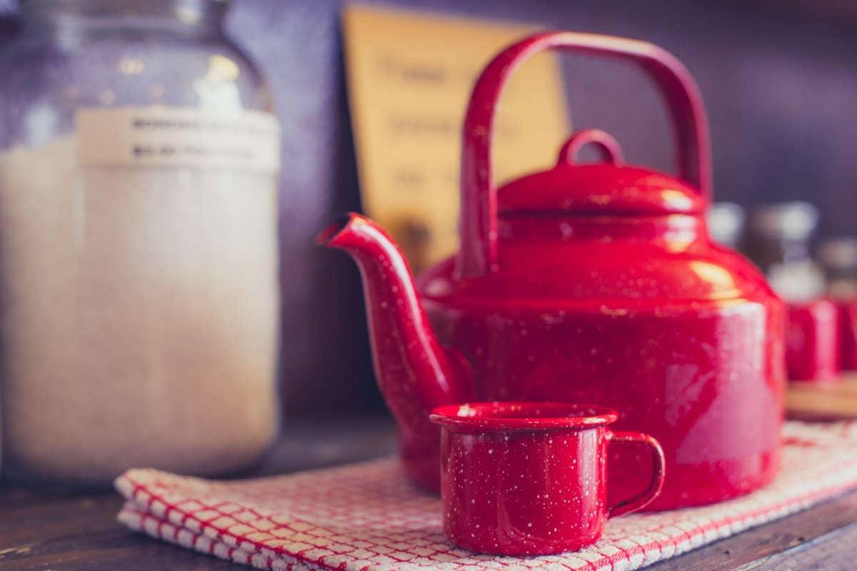 tetera roja con taza