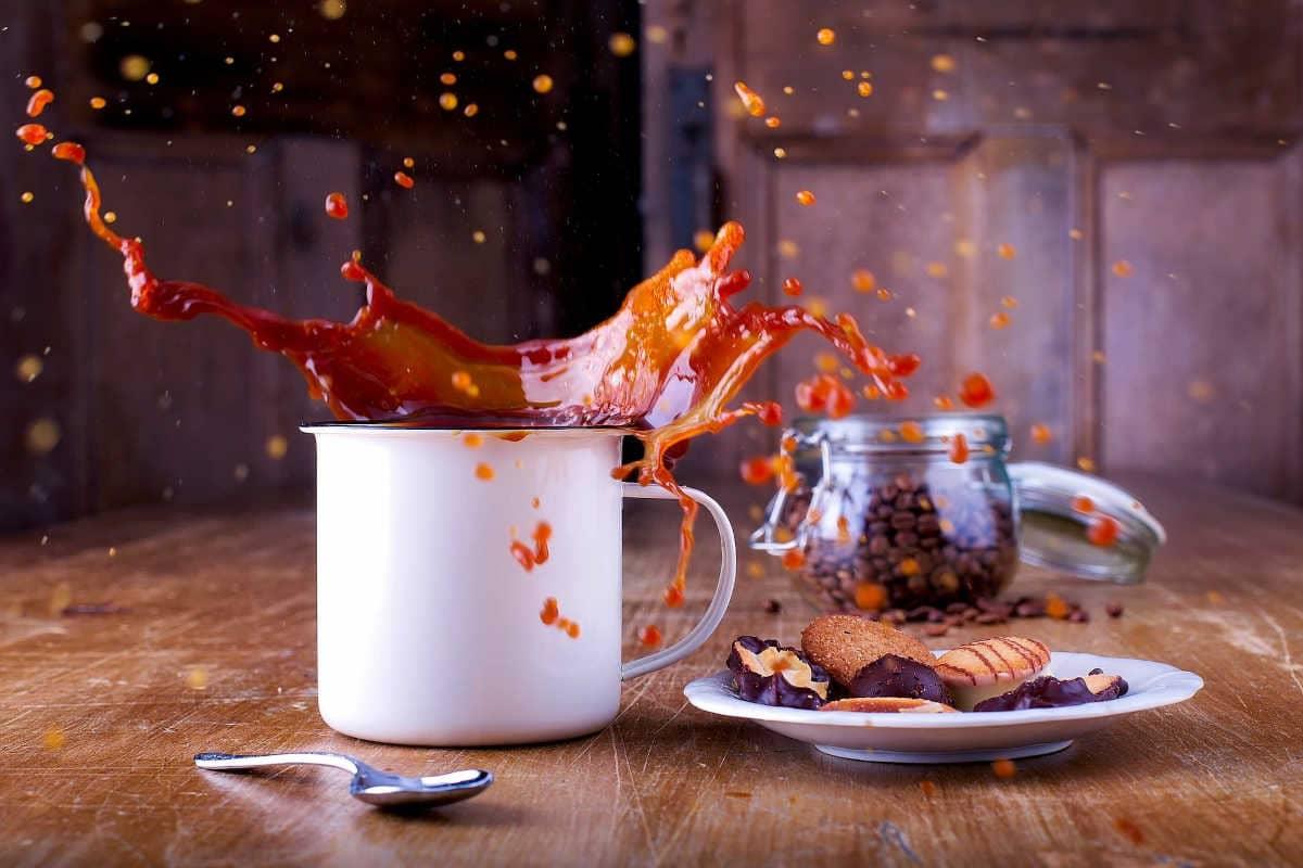 café saliendo disparado de una taza