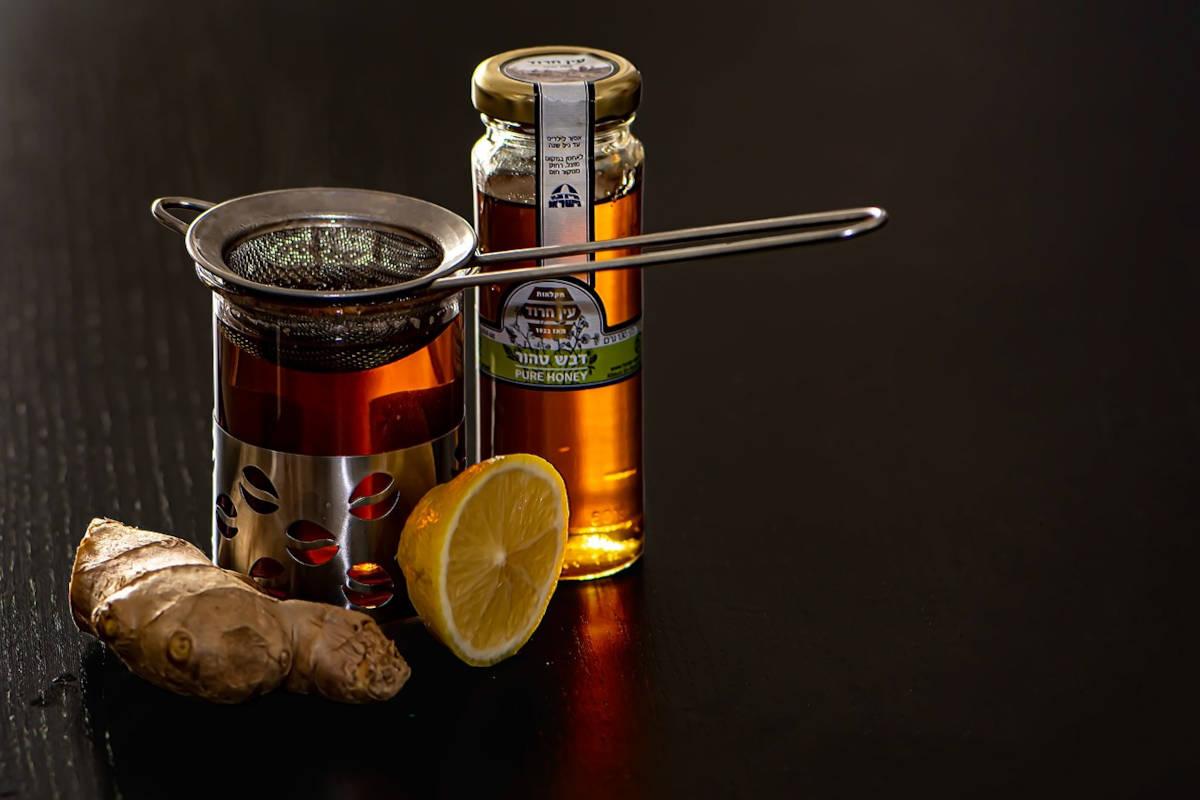 infusión de jengibre, miel y limón para la tos