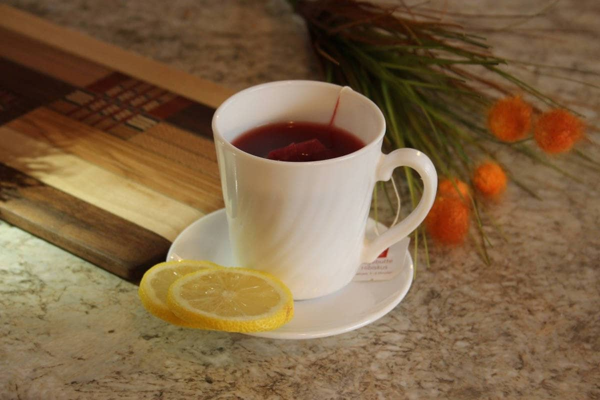 taza de té con una rodaja de limón
