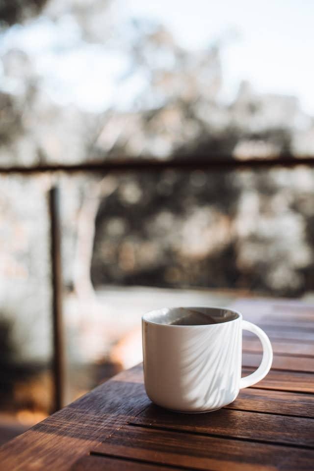 taza de té sobre mesa de madera