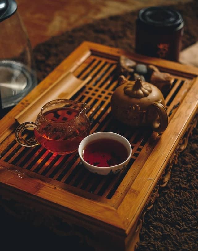 bandeja con té rojo